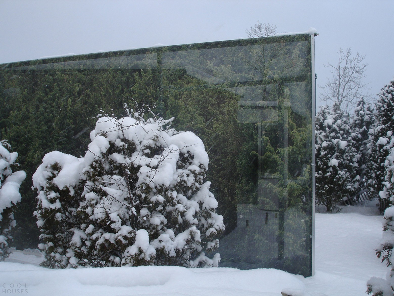 «Можжевеловый дом», имитирующий зеркальное отражение собственного участка