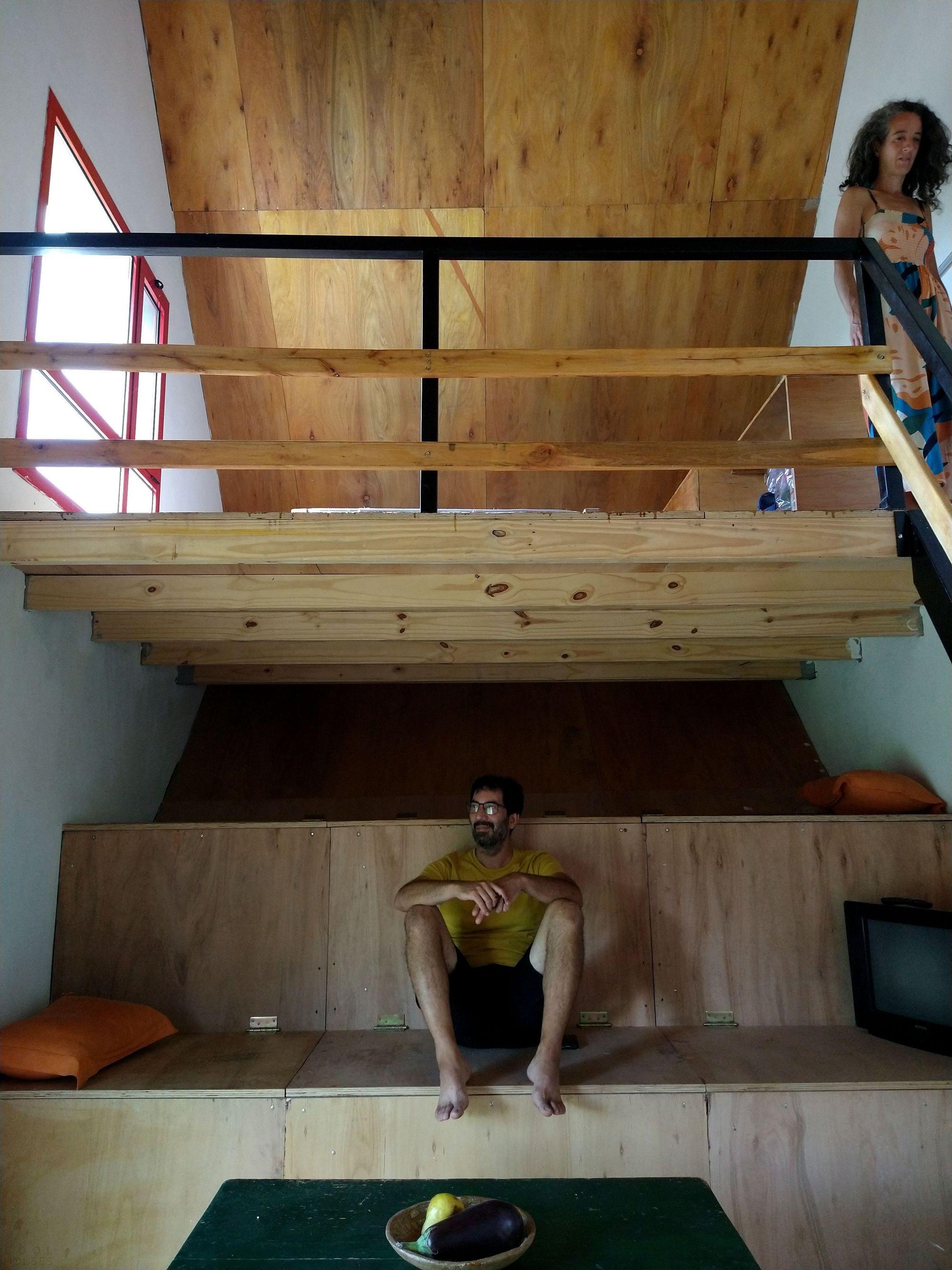 Двухуровневый домик с контрастирующим внешним и внутренним пространством