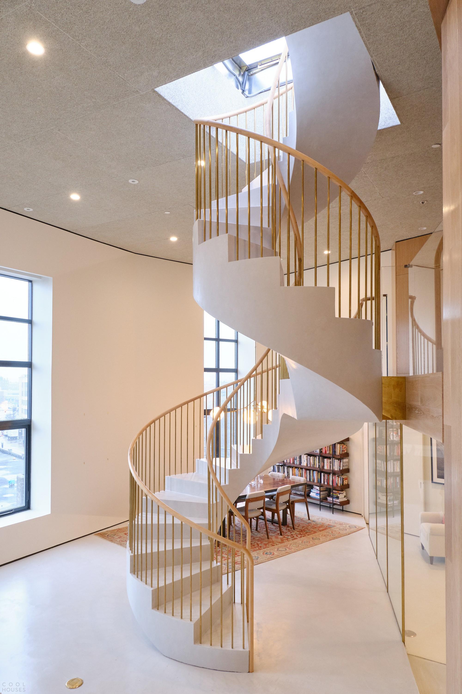 Реконфигурированный кондоминиум с роскошной спиральной лестницей