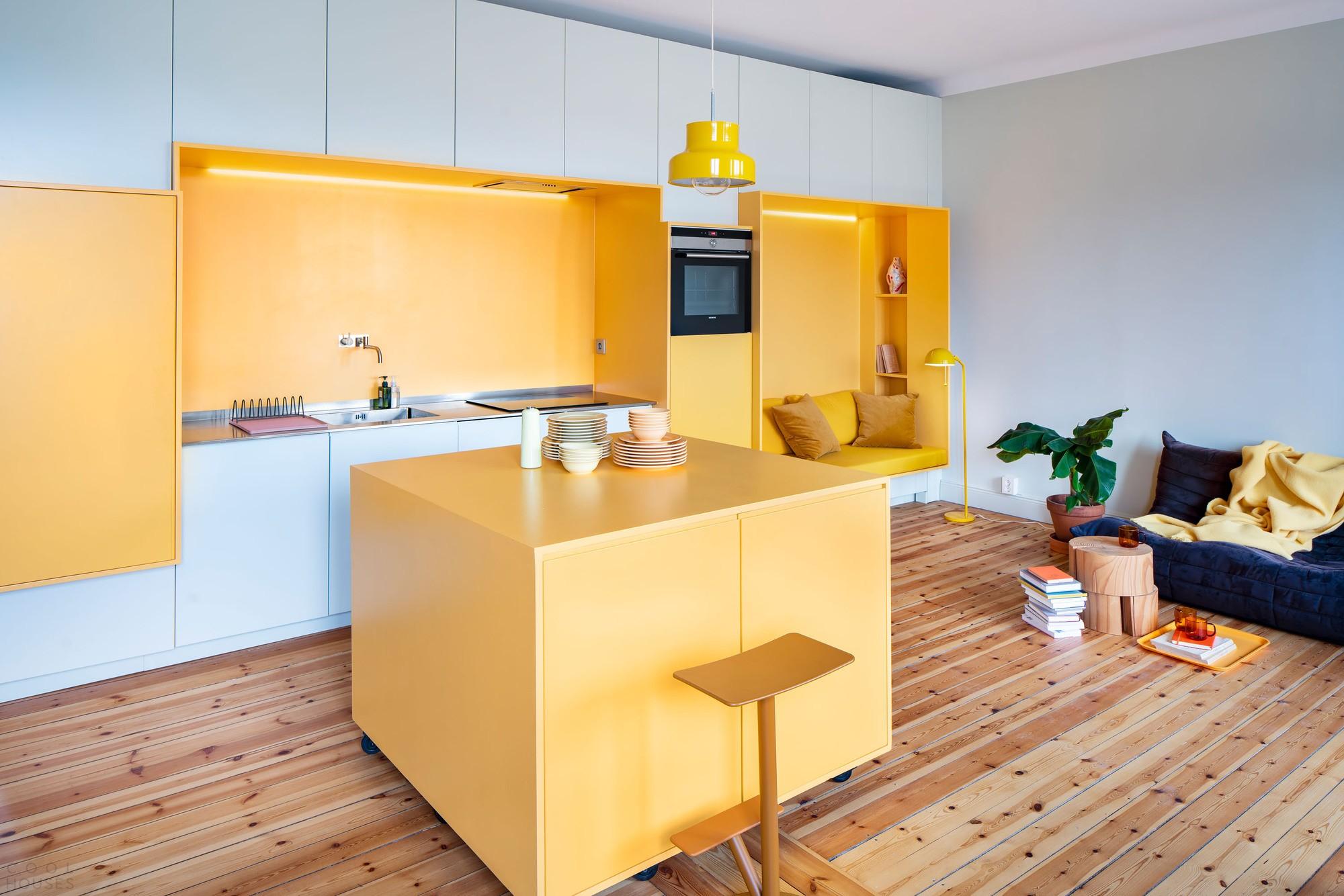 Функциональные апартаменты с ярко-желтыми цветовыми акцентами