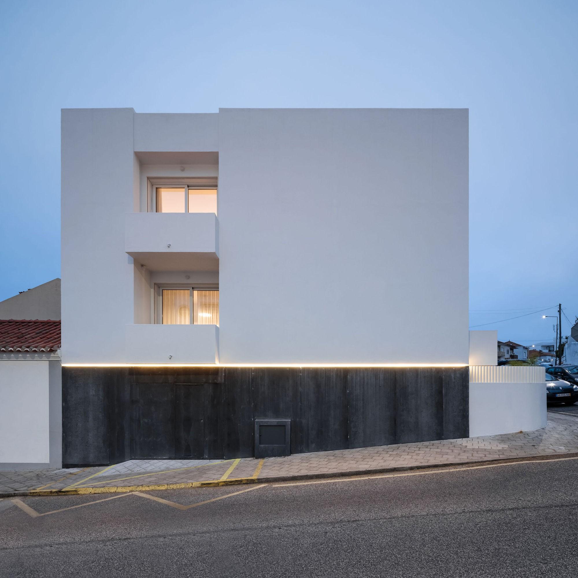 Частный дом с черно-белым фасадом и моторизованным окном на крыше