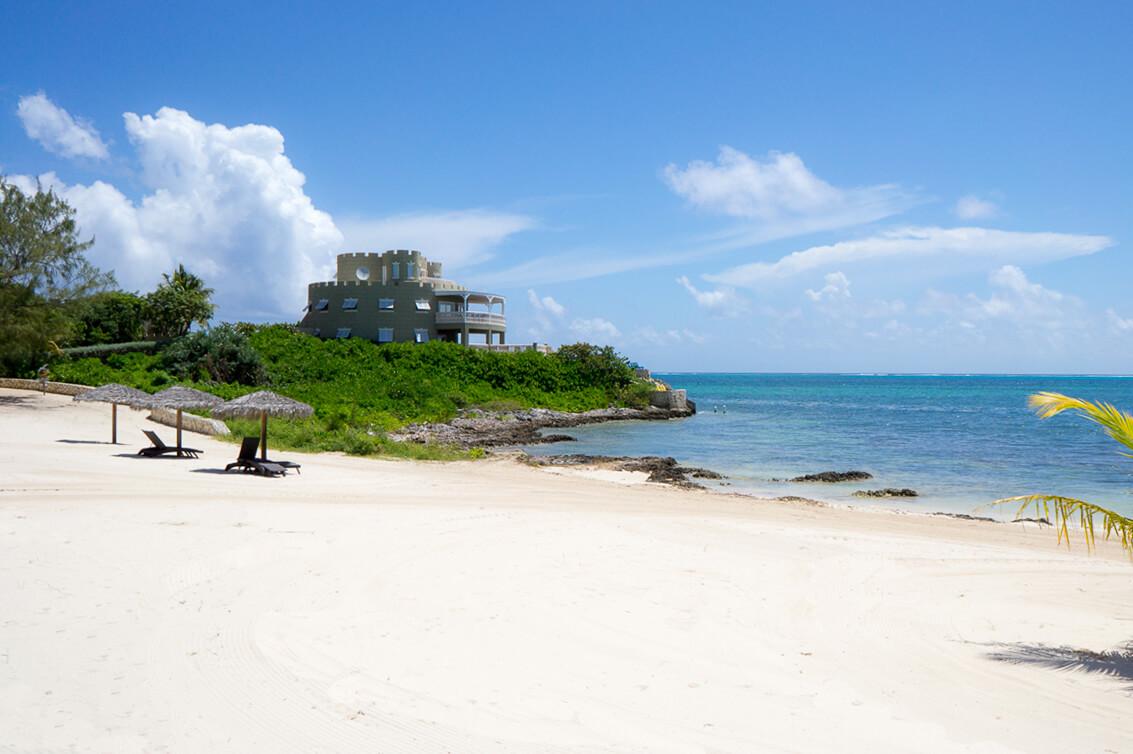 Сказочный замок на берегу Карибского моря