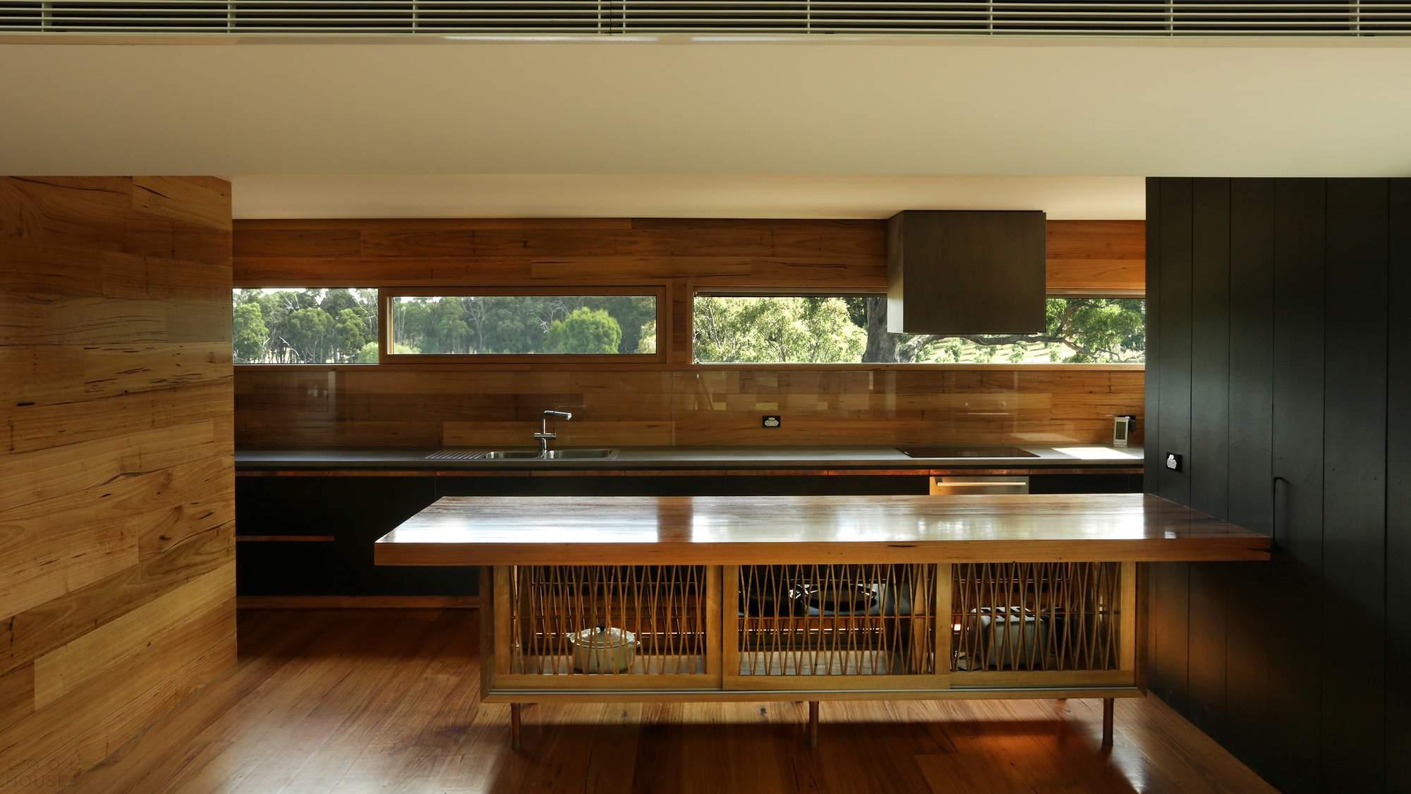 Необычный дом с волнистой крышей в Австралии