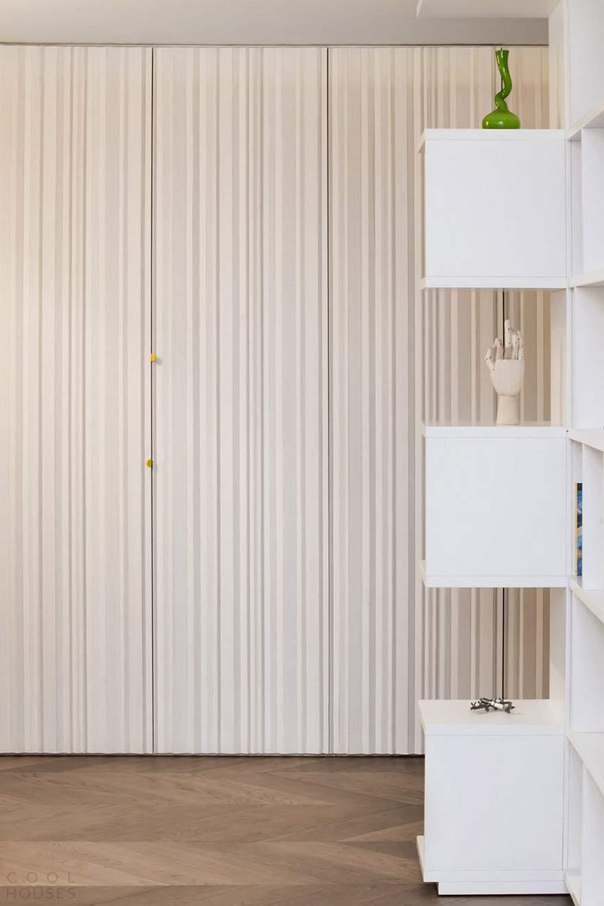 Современные апартаменты с галереей в гостиной в Италии