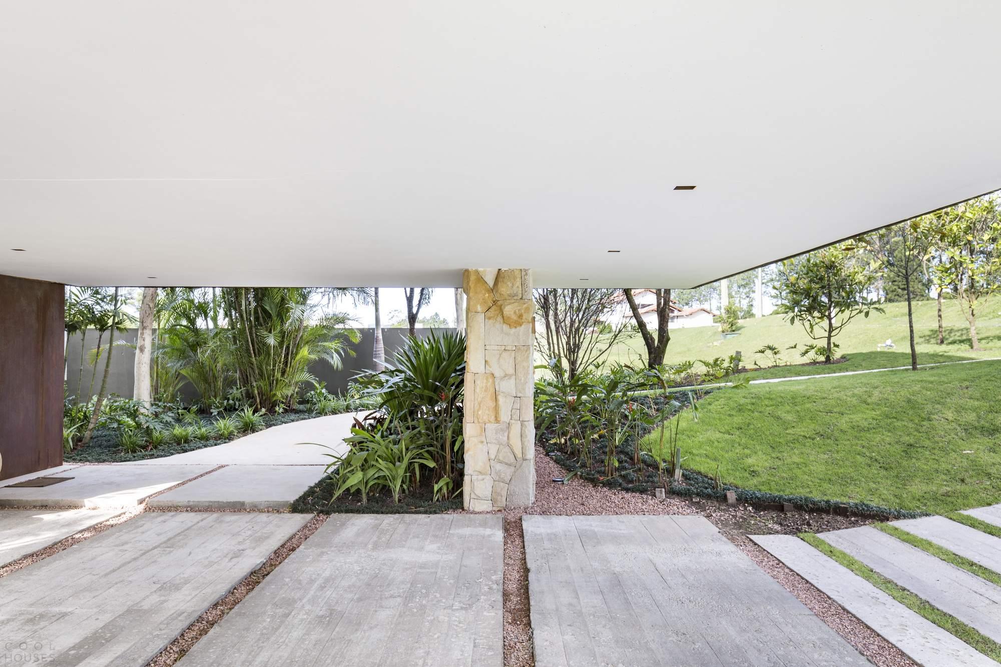 «Угловой дом» с видом на озеро, Бразилия