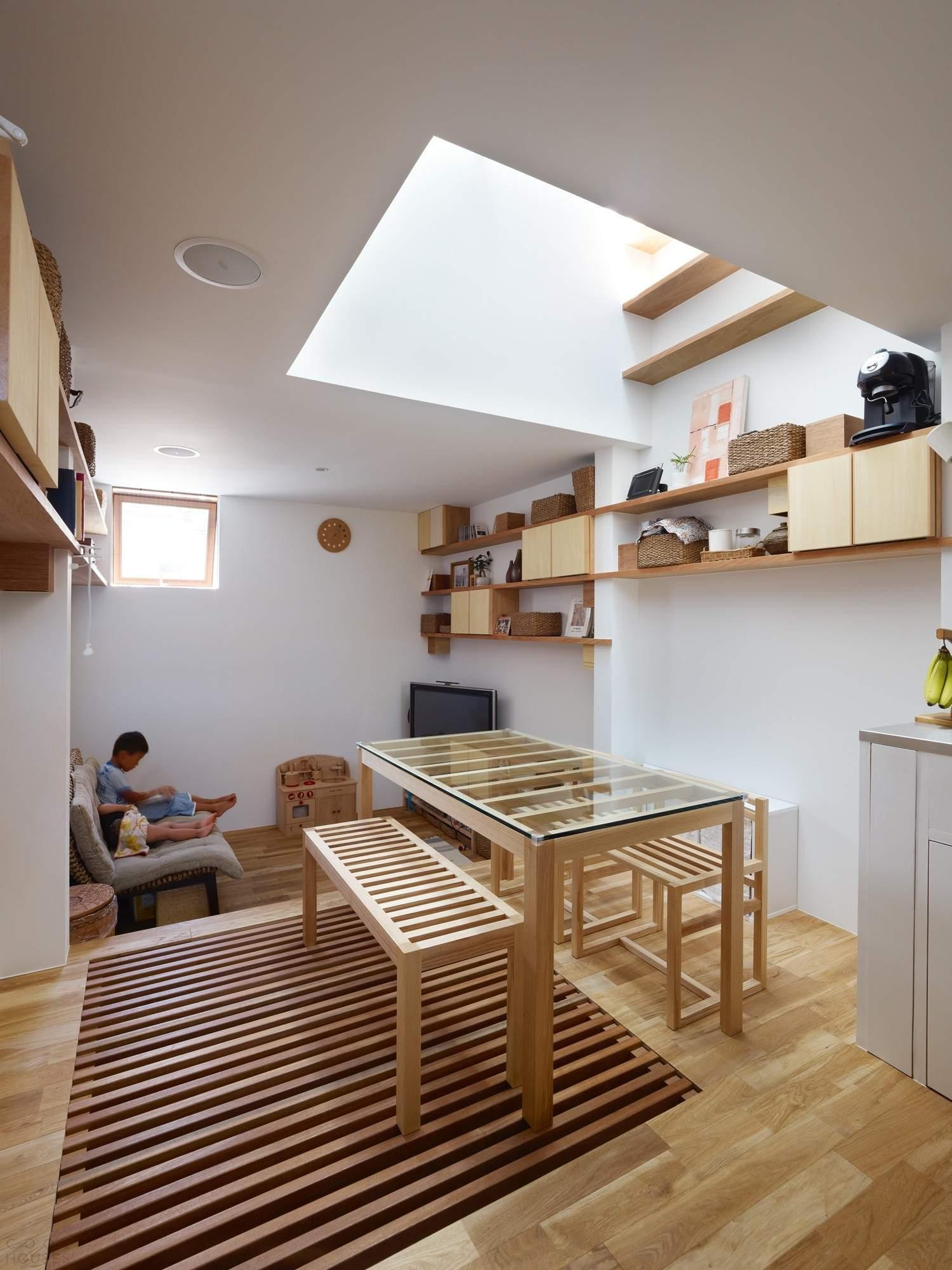Узкий деревянный дом с атриумом, Япония