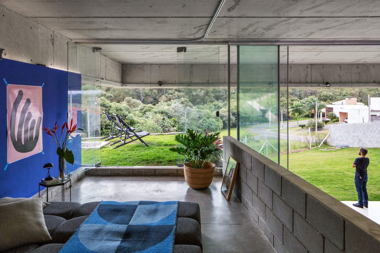 Дом с текучими интерьерами, открытыми для природы, Бразилия