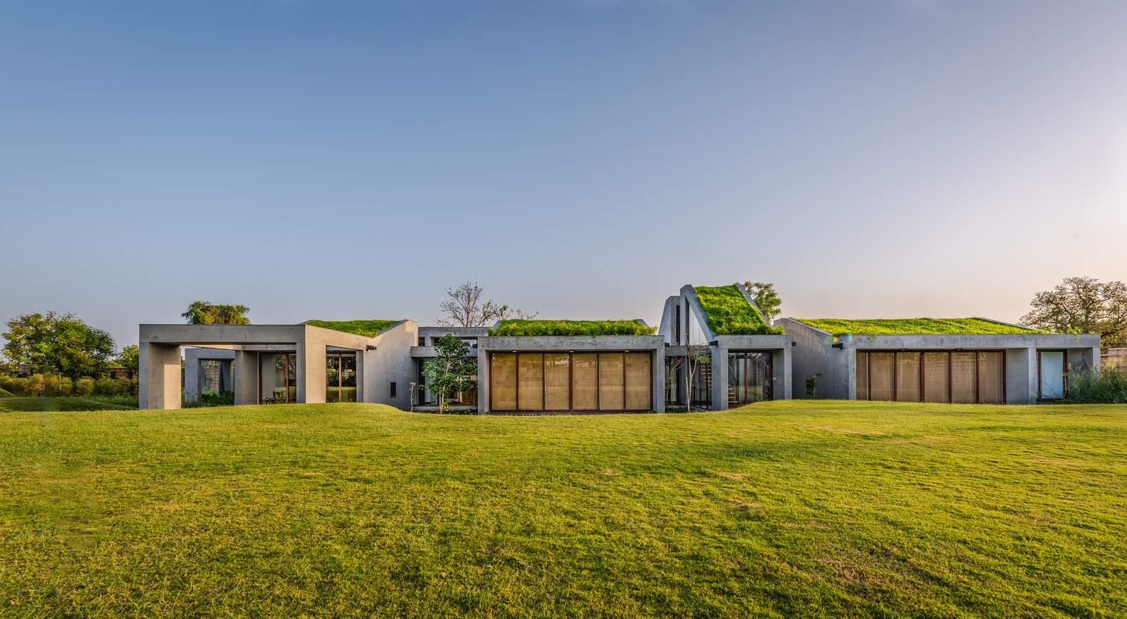 Гармоничный загородный дом с зеленой крышей, Индия