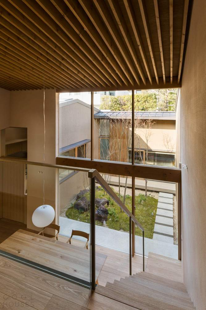 Современный дизайн семейного дома с использованием натурального дерева, Япония