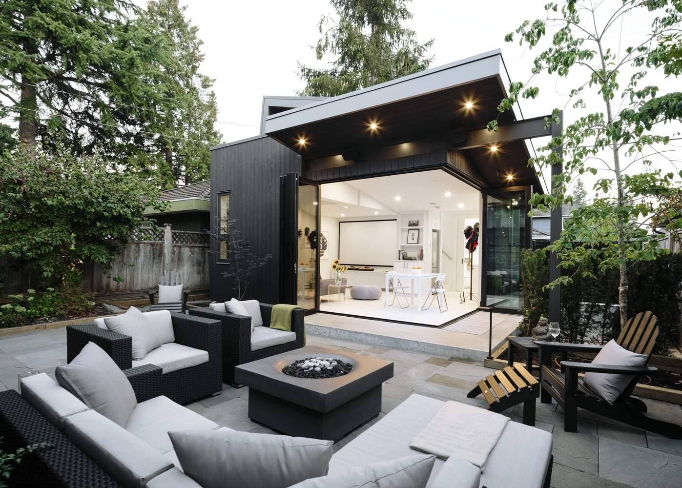 Современный лейнхаус с двориком в скандинавском стиле, Канада