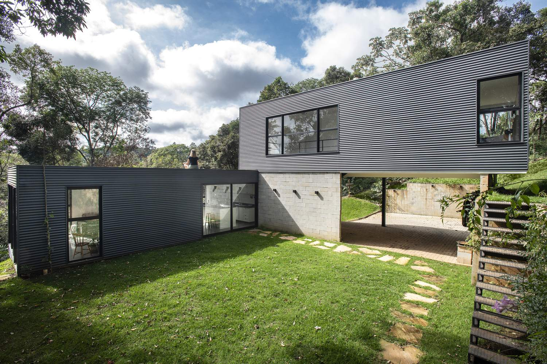 Ступенчатый сборный дом, интегрированный в природу, Бразилия