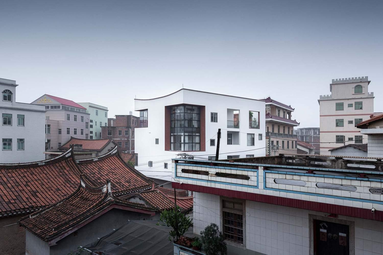 Традиционный китайский дом в белой модернистской коробке, Китай