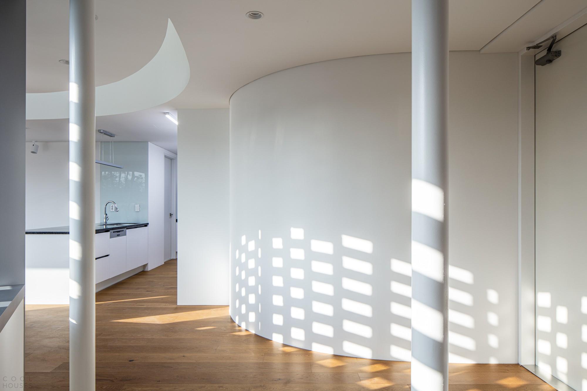 Кирпичный дом с футуристическим дизайном и минималистичной атмосферой