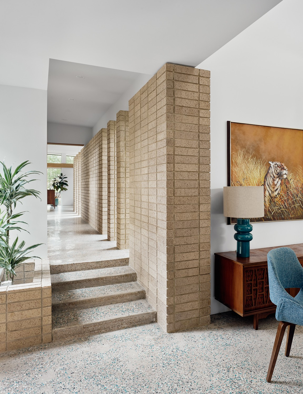 Современная резиденция с эстетикой середины ХХ века