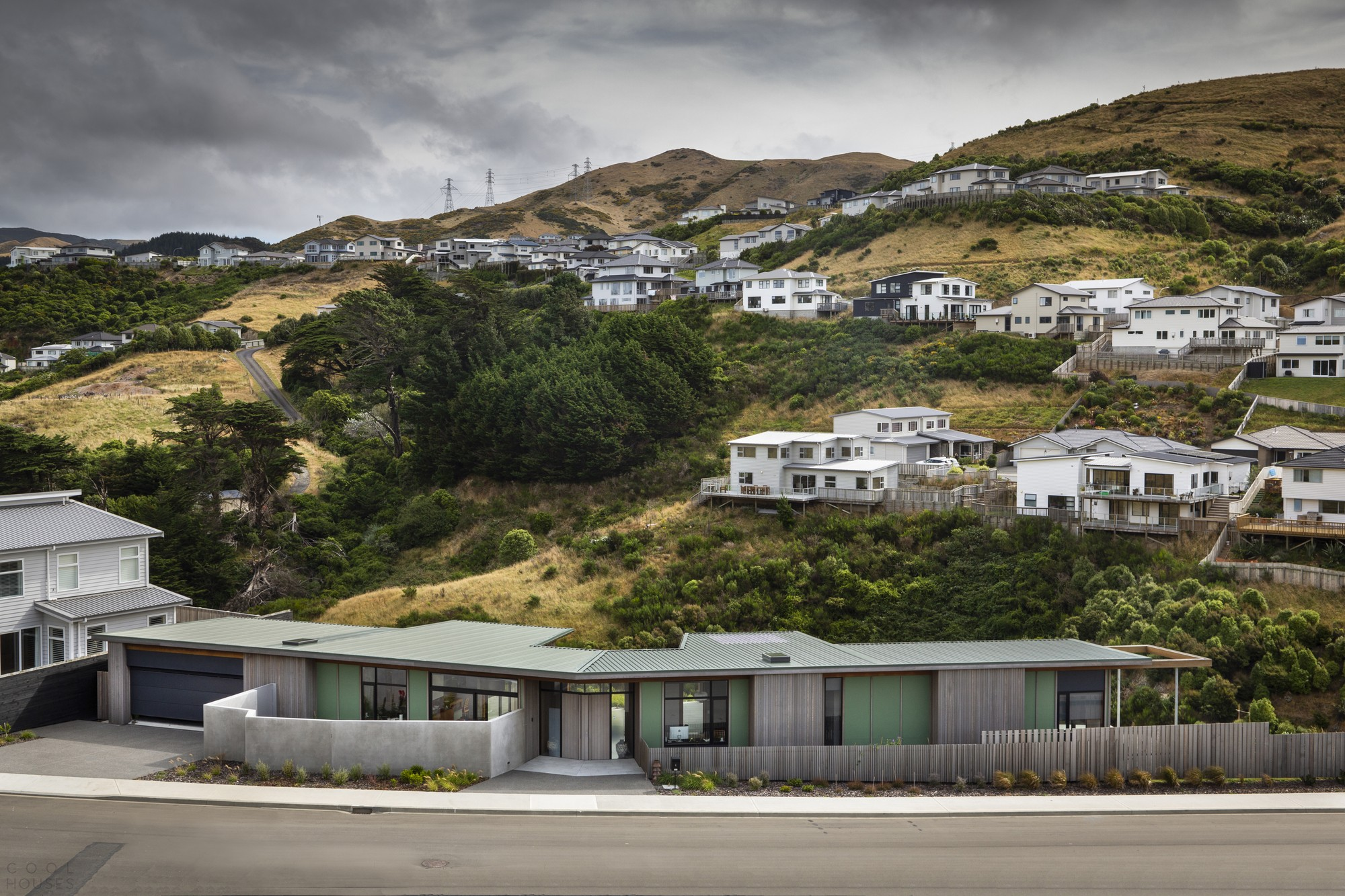 Образцовый «Длинный дом» на склоне холма