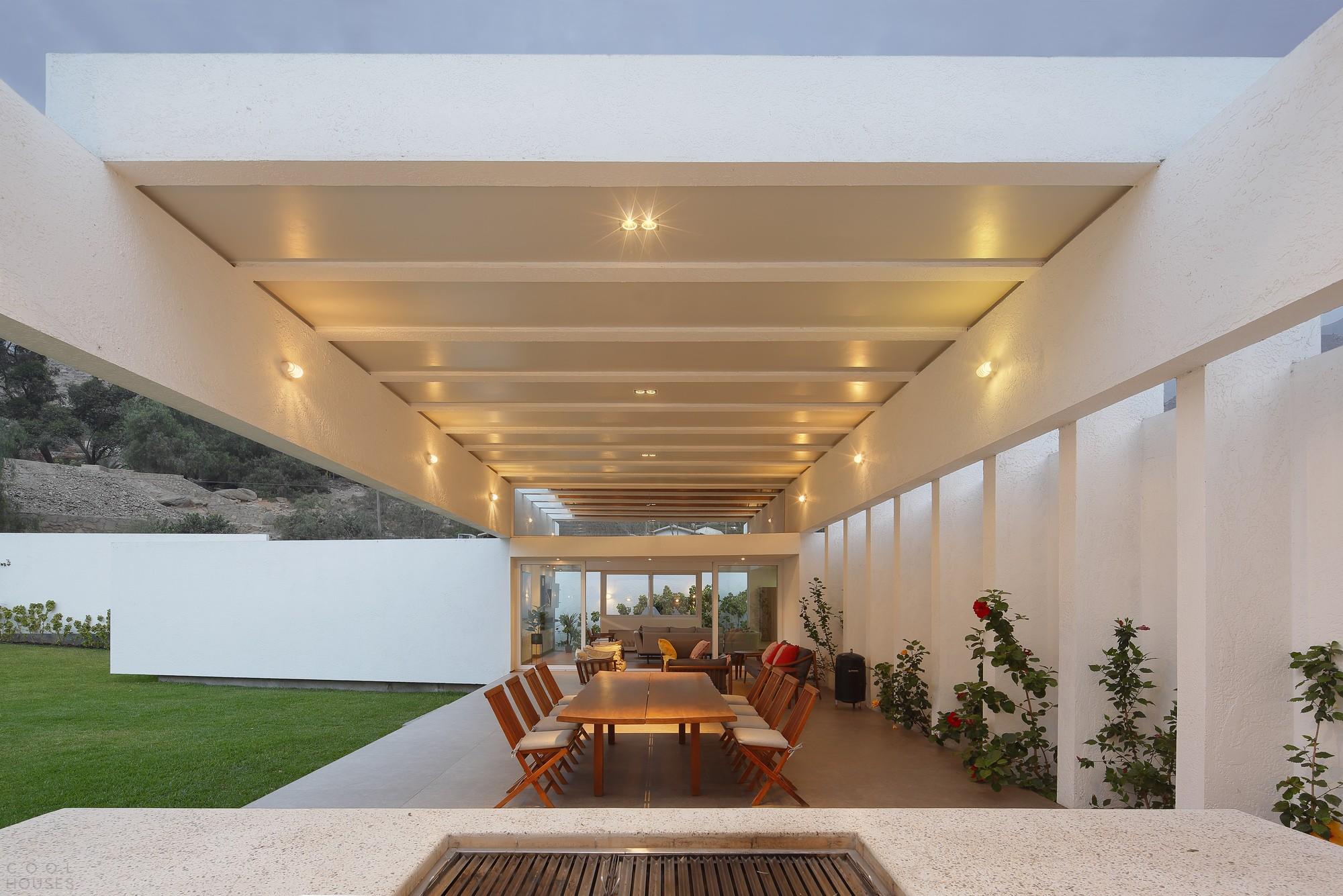 Белый дом с открытыми балками и сводчатым кирпичным потолком