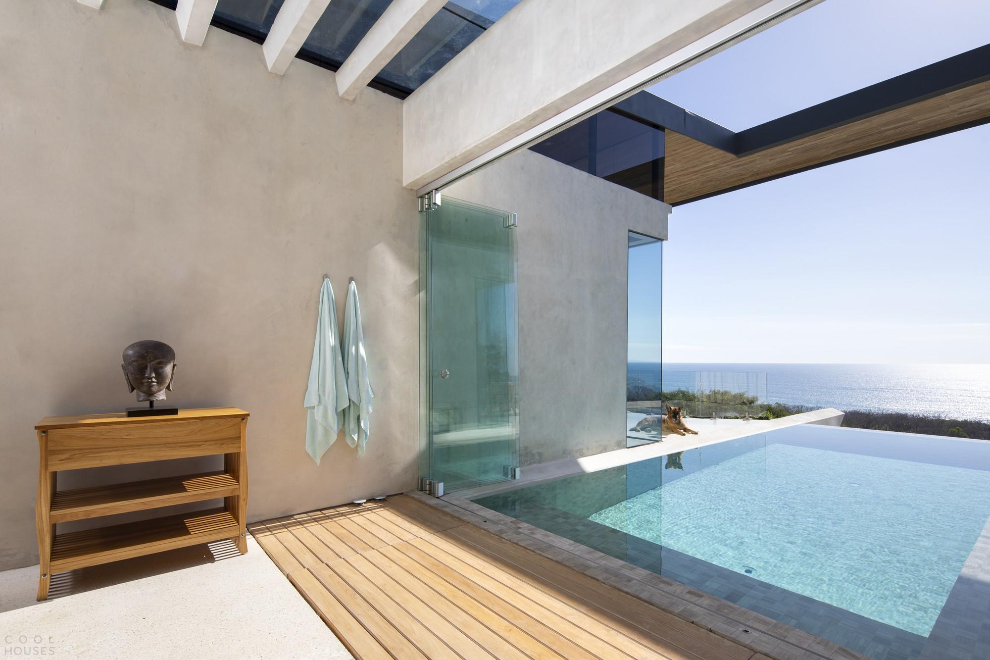 Изысканная бетонная вилла с панорамным видом на Тихий океан