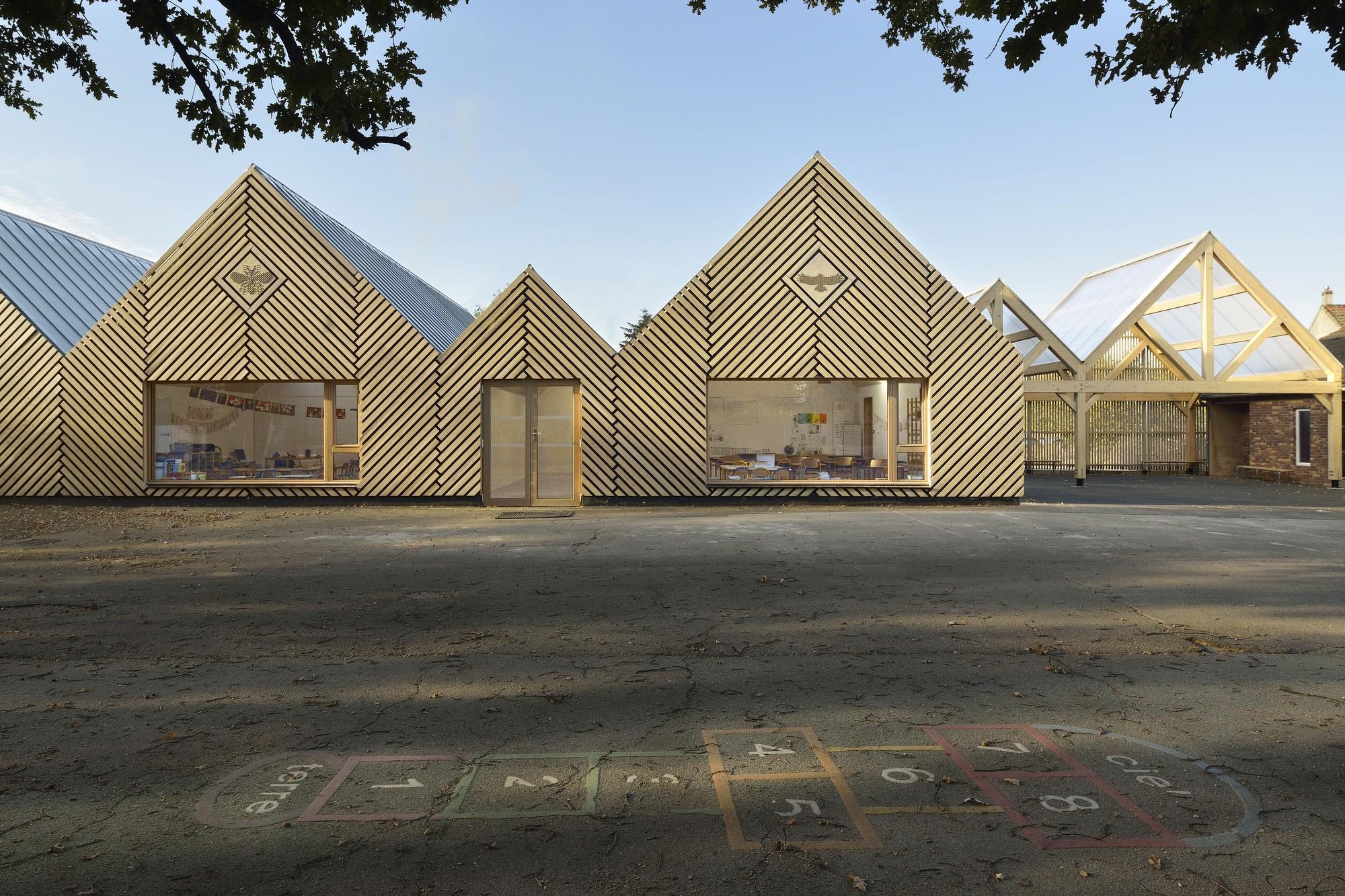 Эко-детсад «Улей» с линейным фасадом из архетипичных объемов