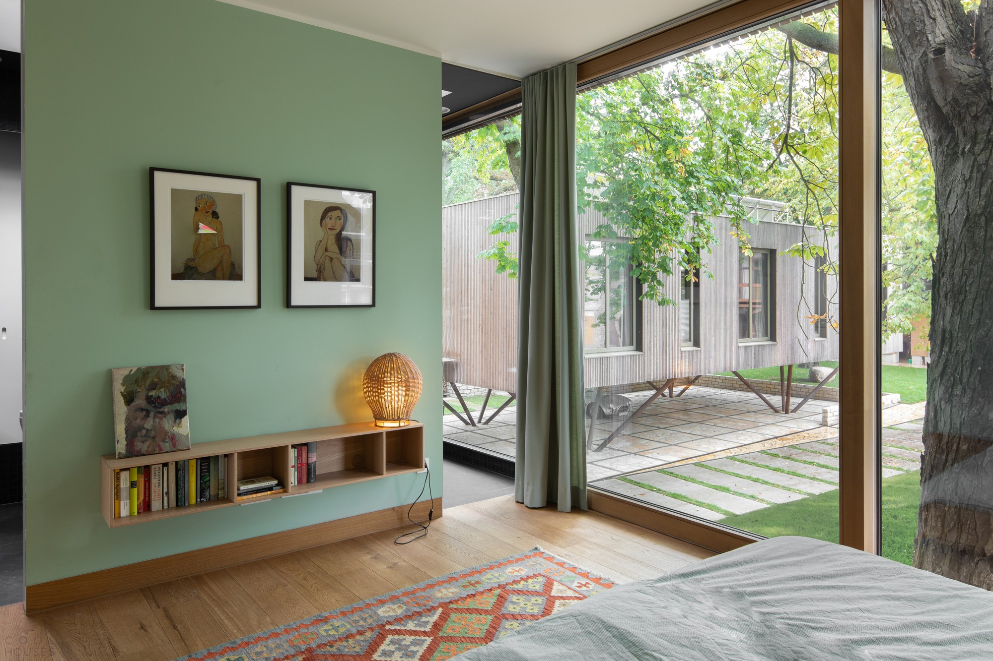 Дом в модернистском стиле на берегу озера