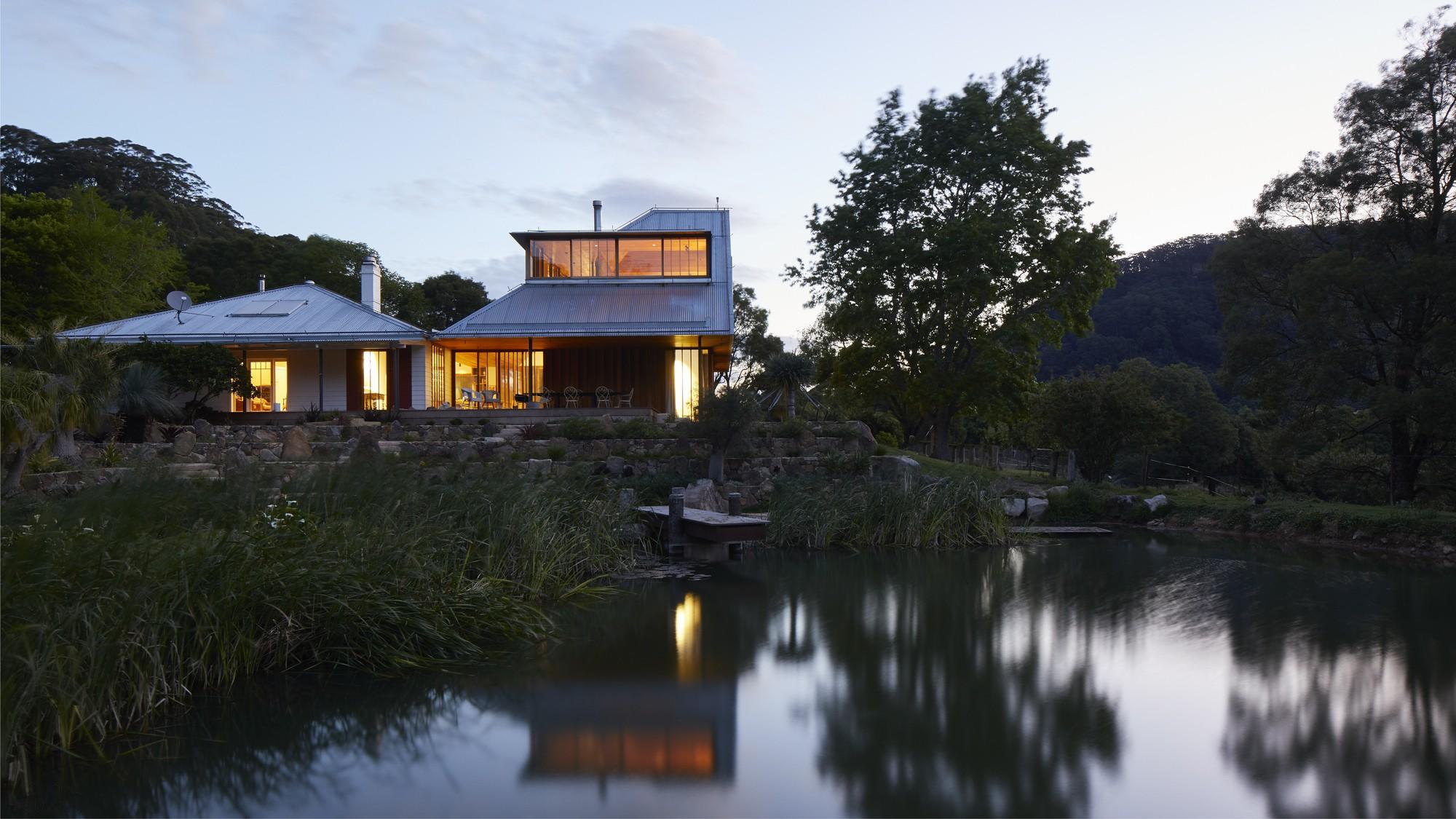 «Дом на откосе» в окружении идиллического пейзажа