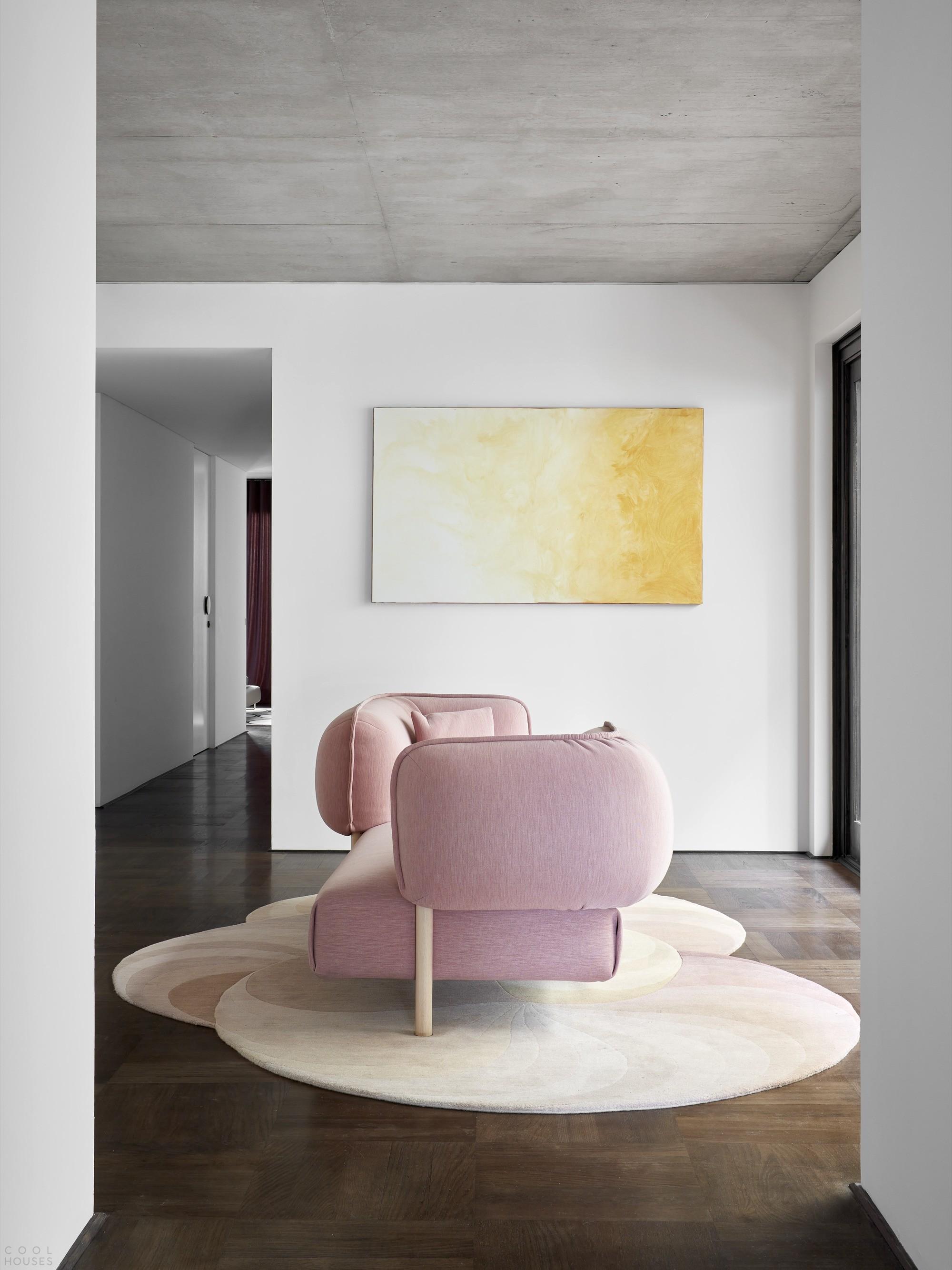 Самобытный «Дом со ставнями» с динамичным и выразительным интерьером