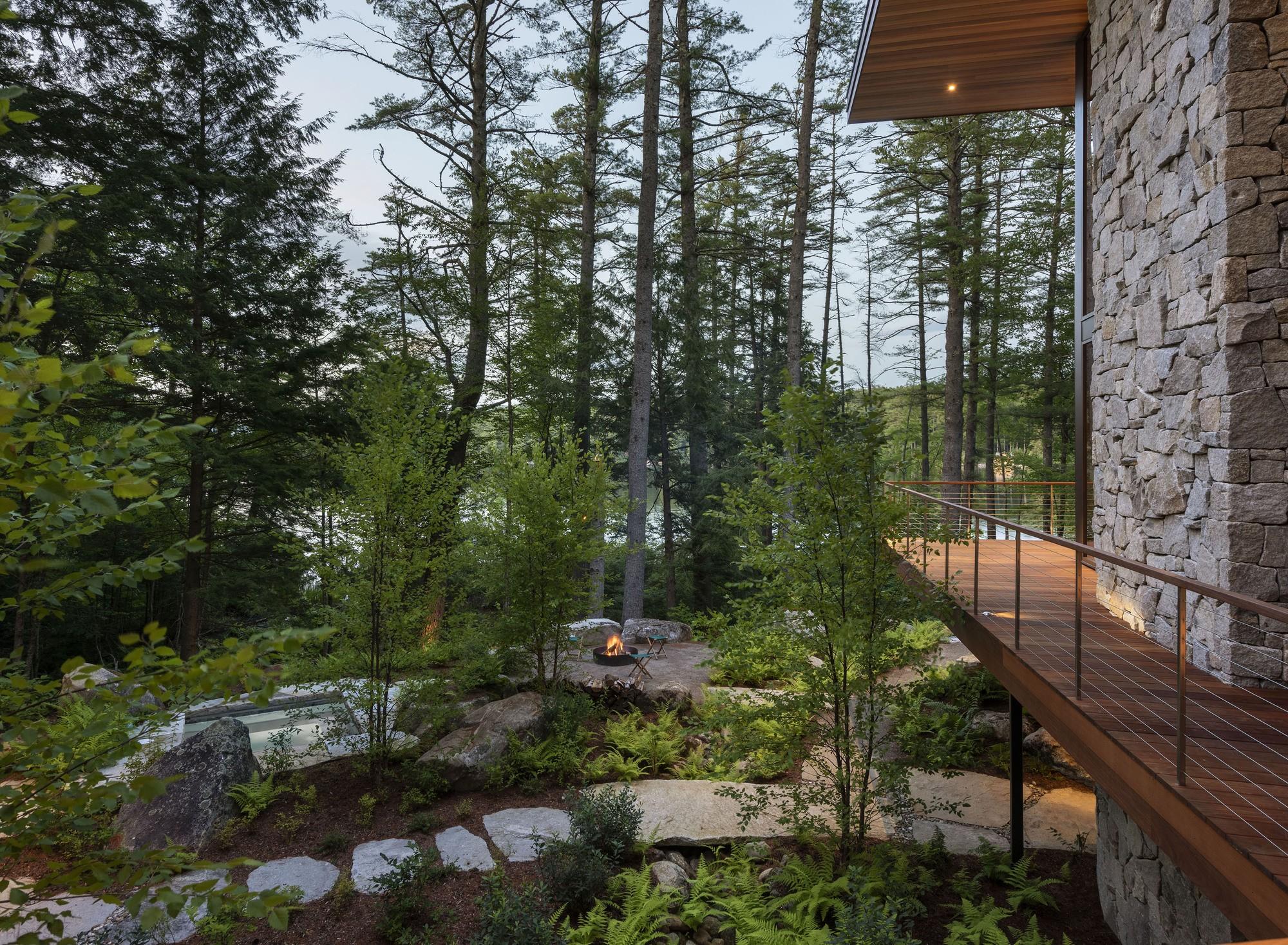 Загородная резиденция, погруженная в идиллический пейзаж