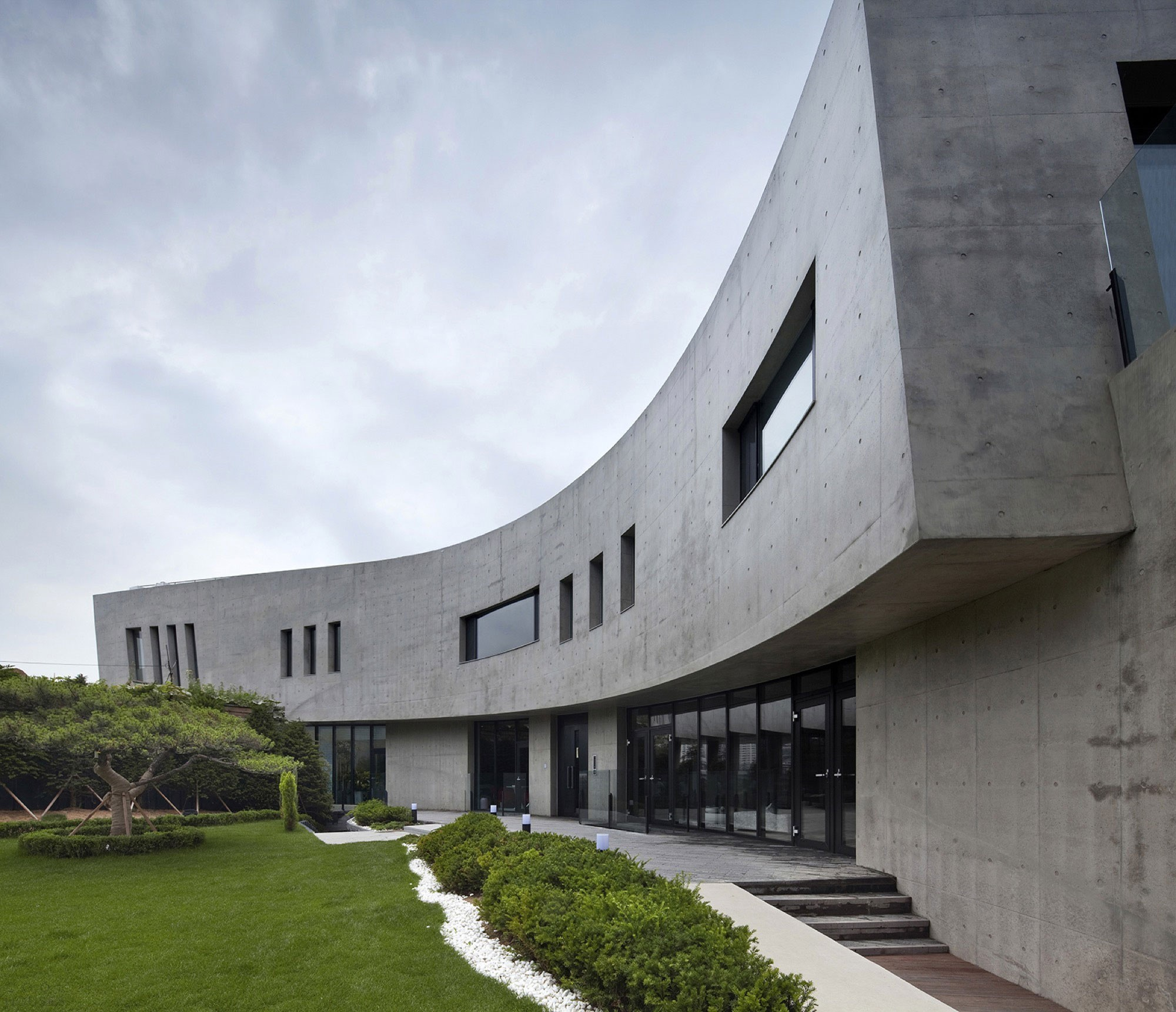 Монолитная резиденция с видом на залив в Южной Корее