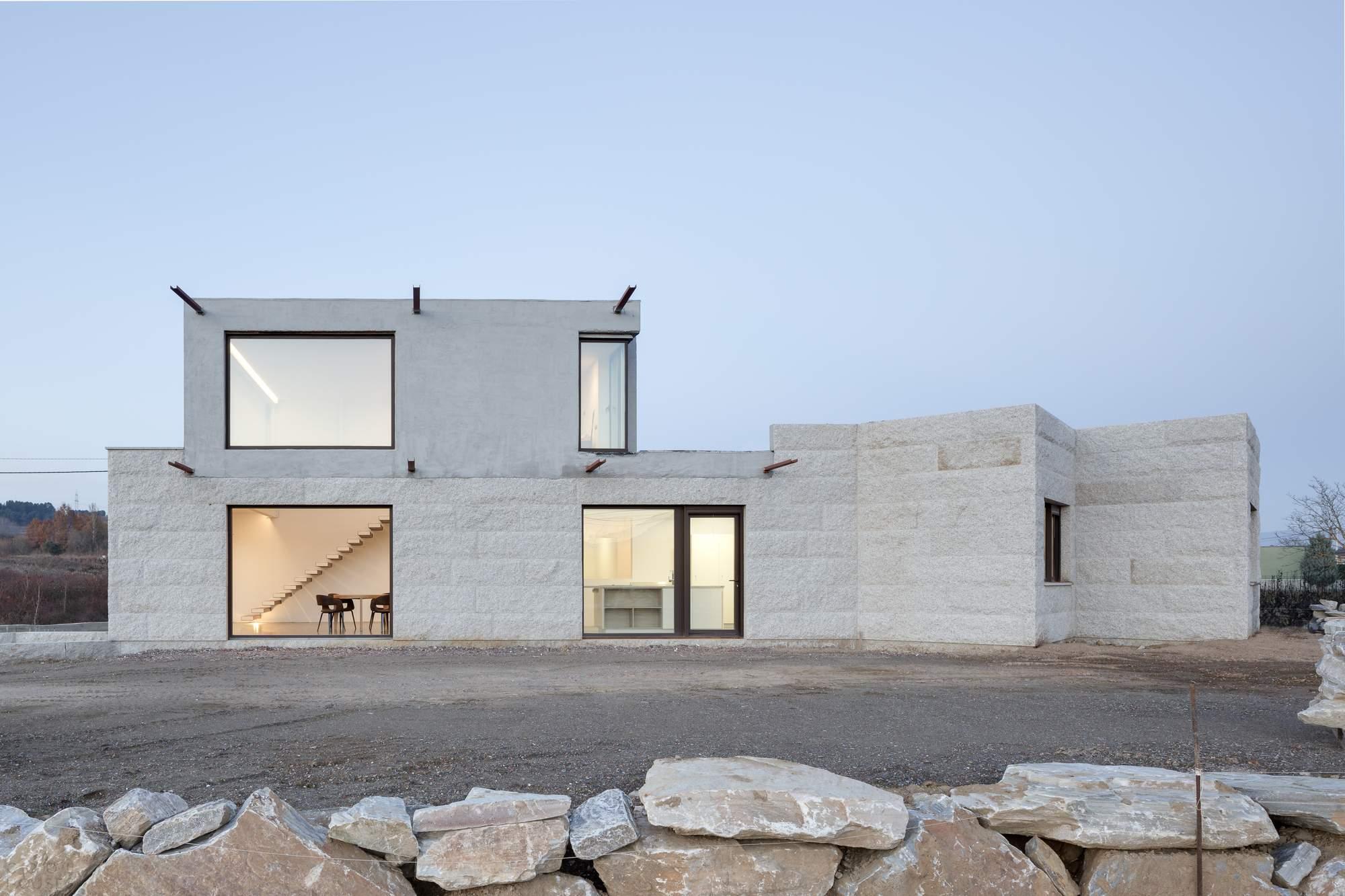 Каменный дом треугольной формы в Испании