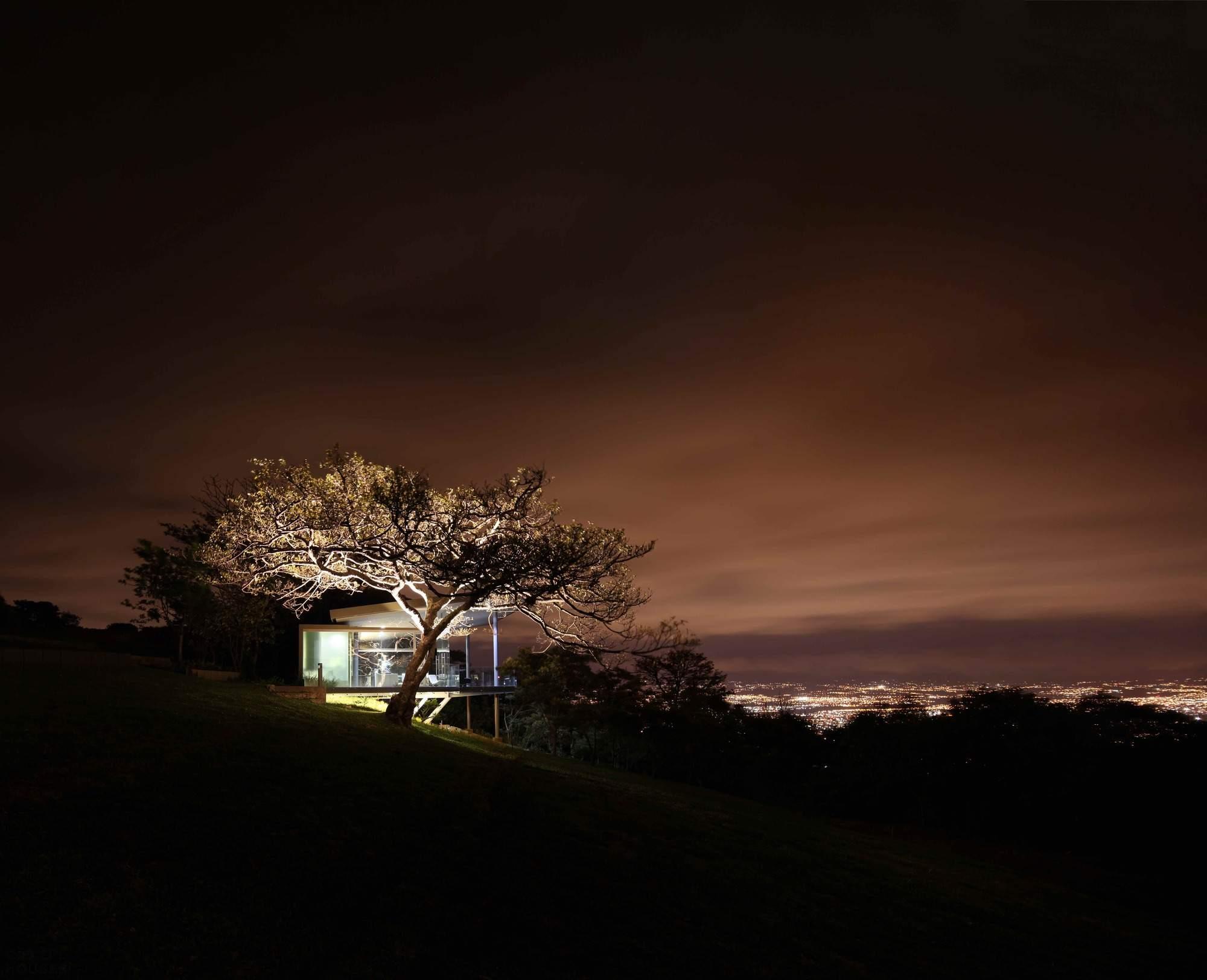 Стеклянный дом с видом на город в Коста-Рика