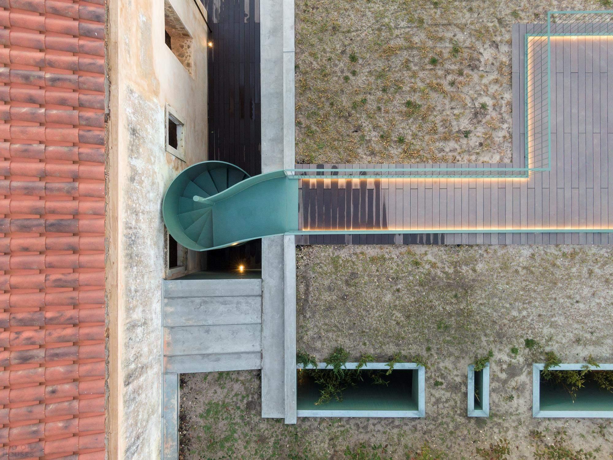 Реставрация дома с демонстрацией диалога между старым и новым, Португалия