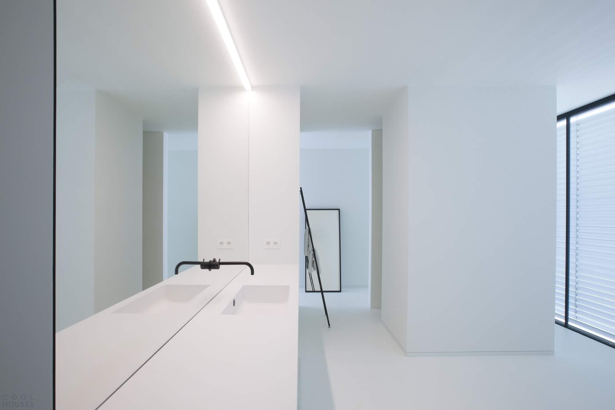 Современный белый дом с объемным эффектом, Бельгия