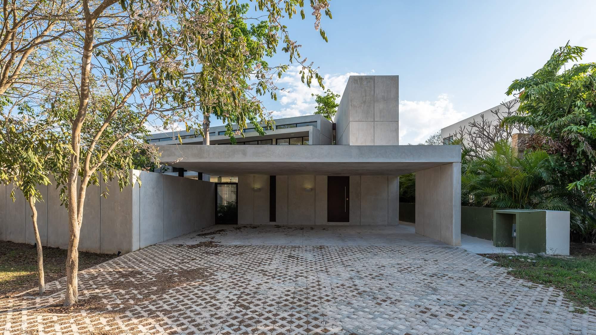 Современный стильный дом вокруг сада, Мексика