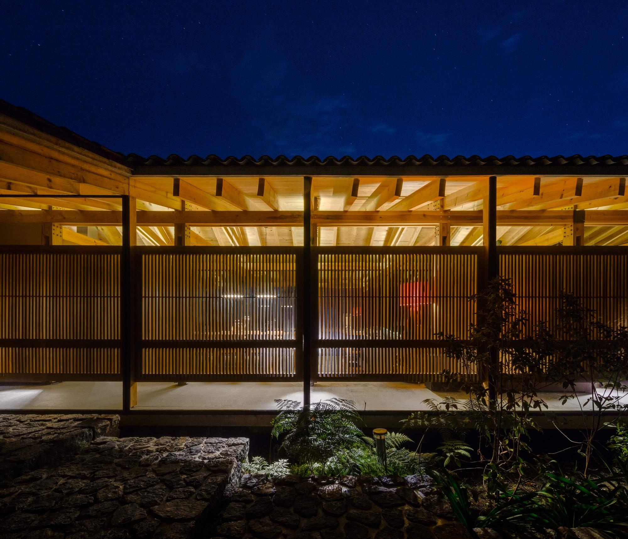 Современная резиденция с дискретным двухуровневым дизайном, Мексика
