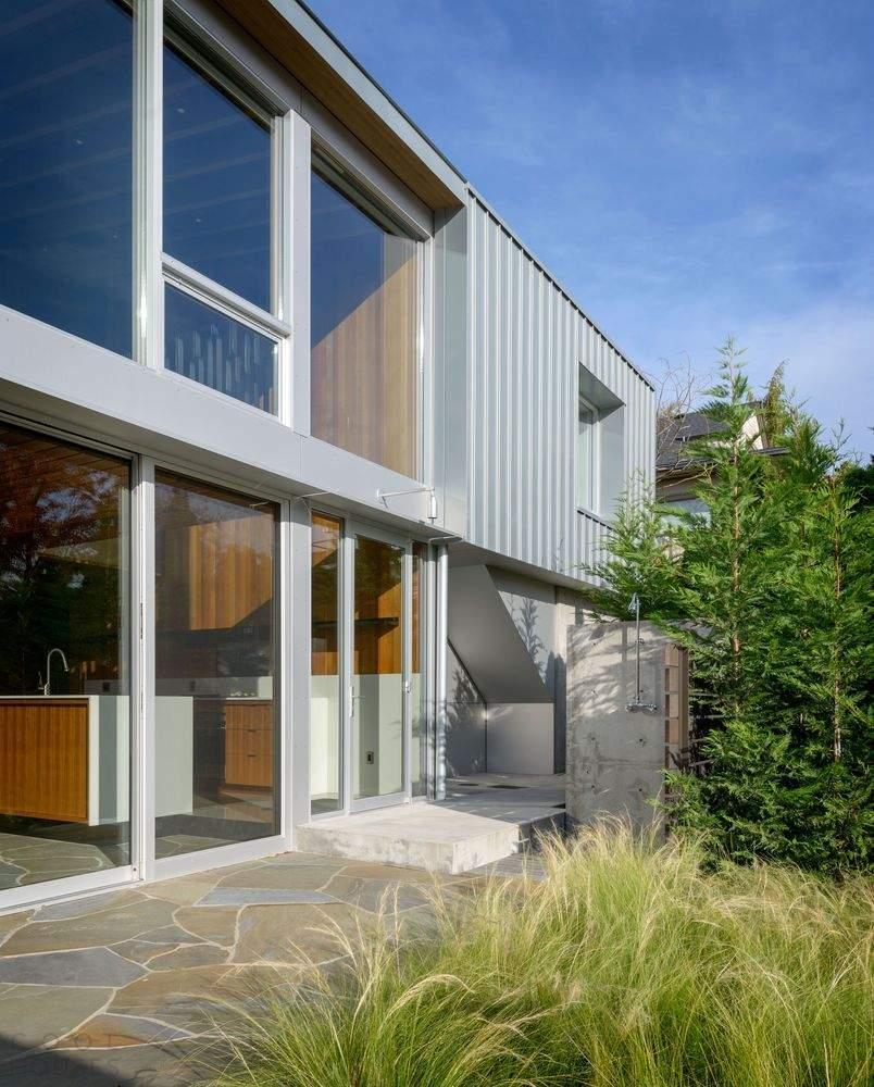 Современный холостяцкий дом с видом на залив, США
