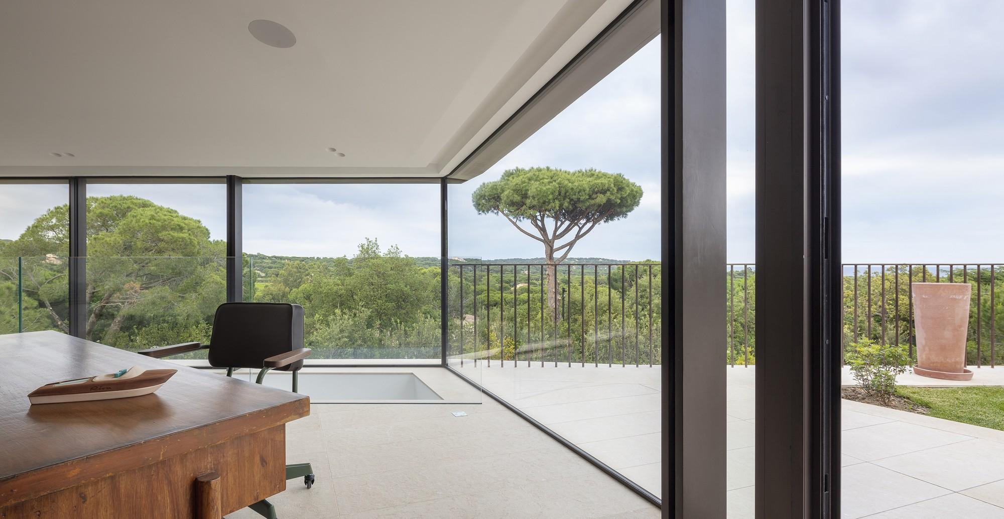 Средиземноморская вилла с монолитными объемами и интерьерами, интегрированными в ландшафт