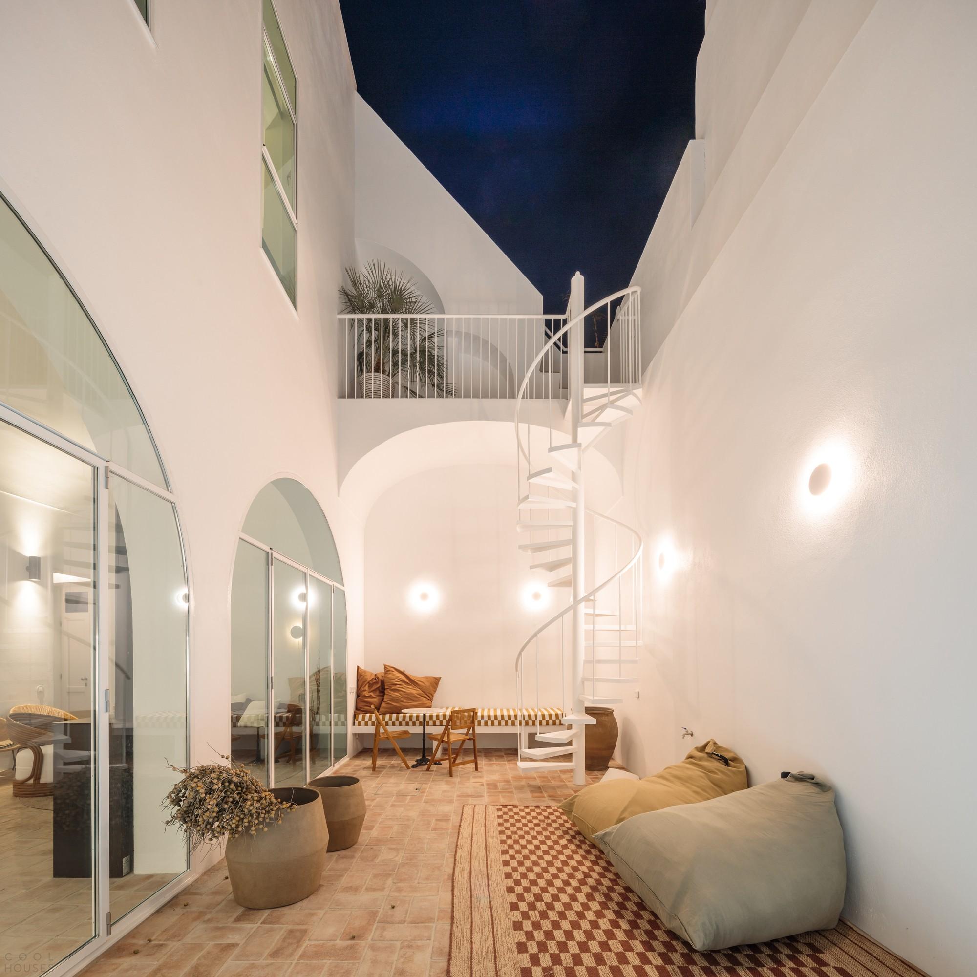 Преобразование старого склада в современную резиденцию с простой южной эстетикой