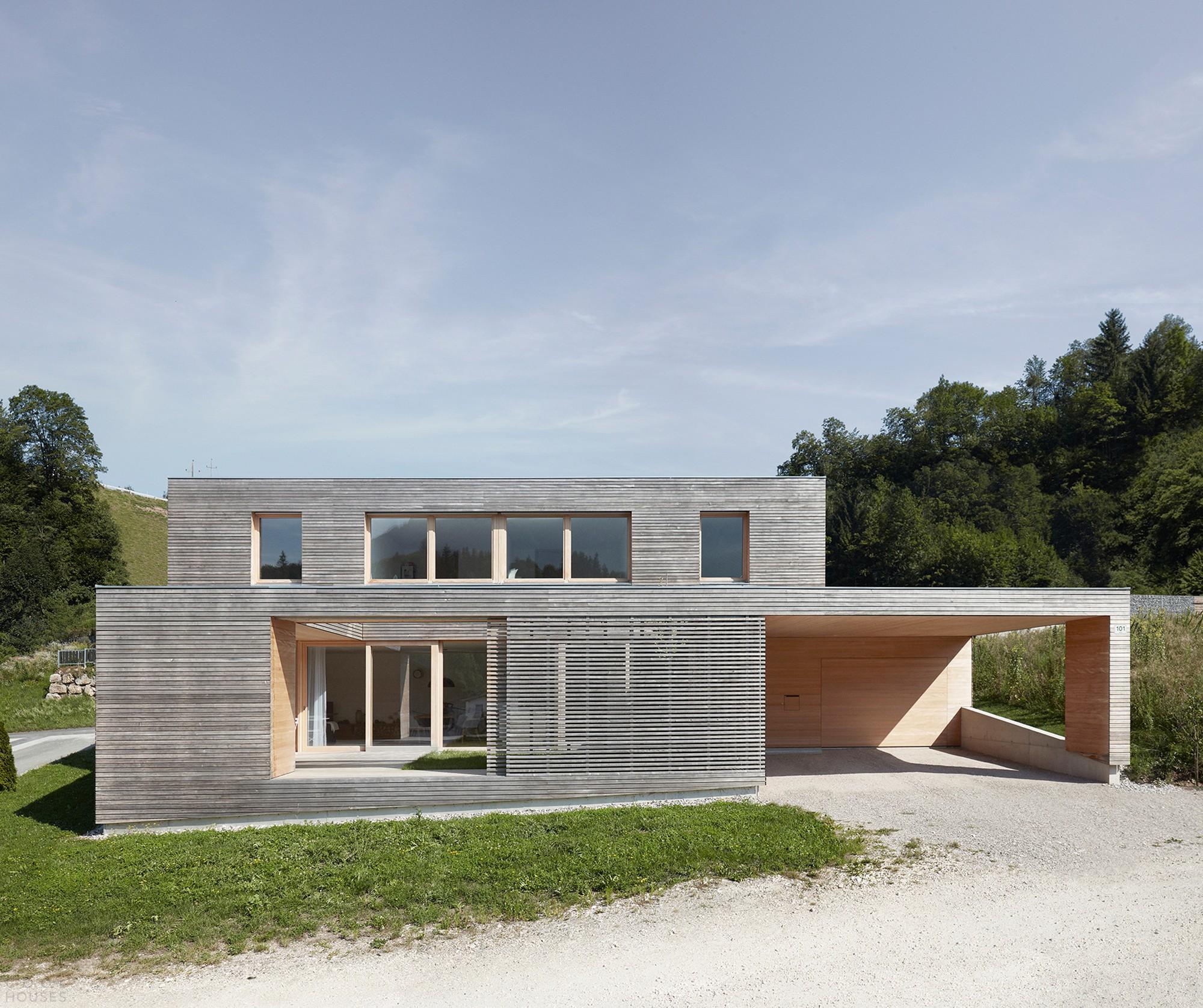 Стильный деревянный дом с универсальным внутренним двором