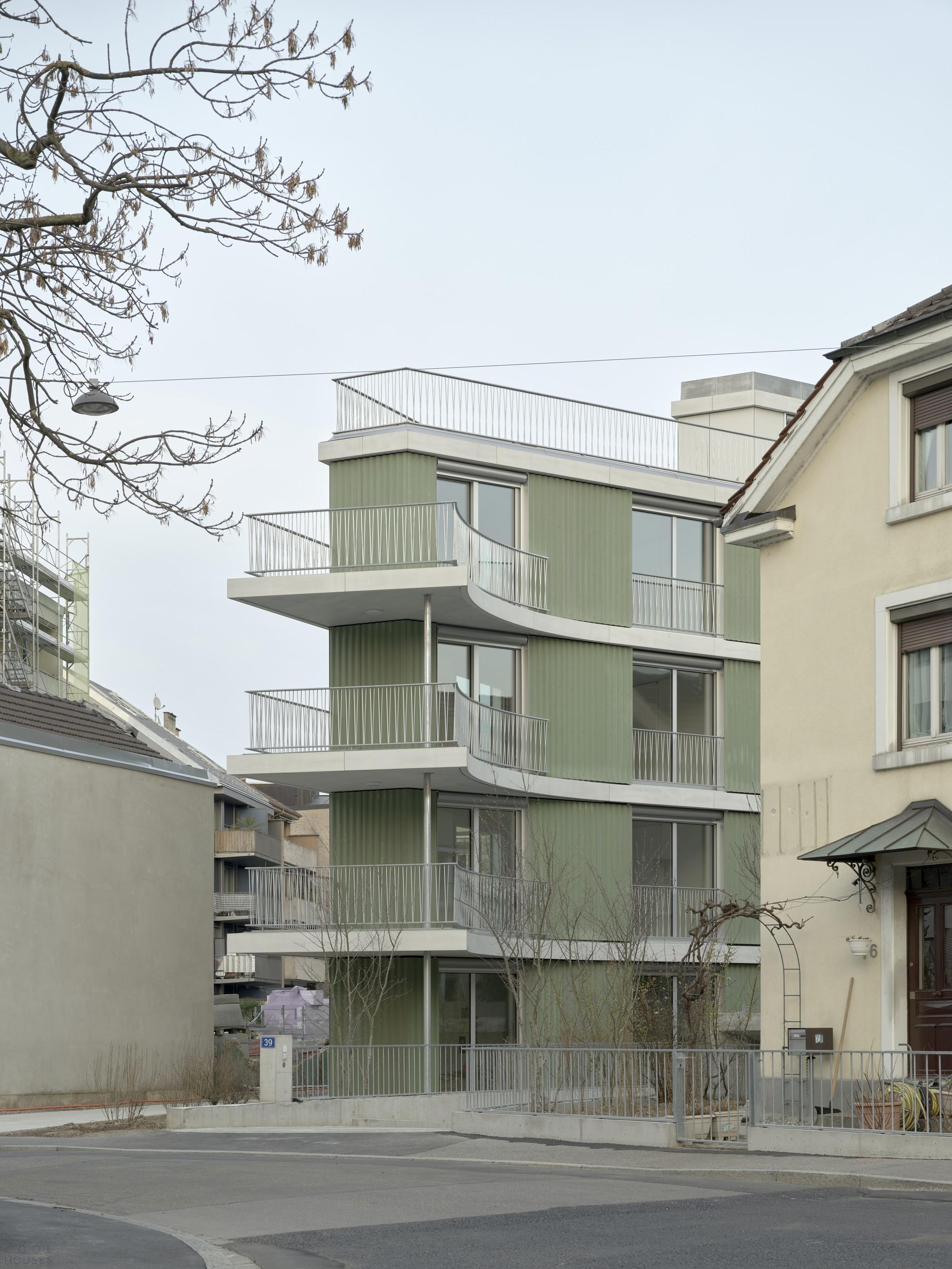 Многоквартирный жилой дом, воссоздающий настроение городских дворовых построек