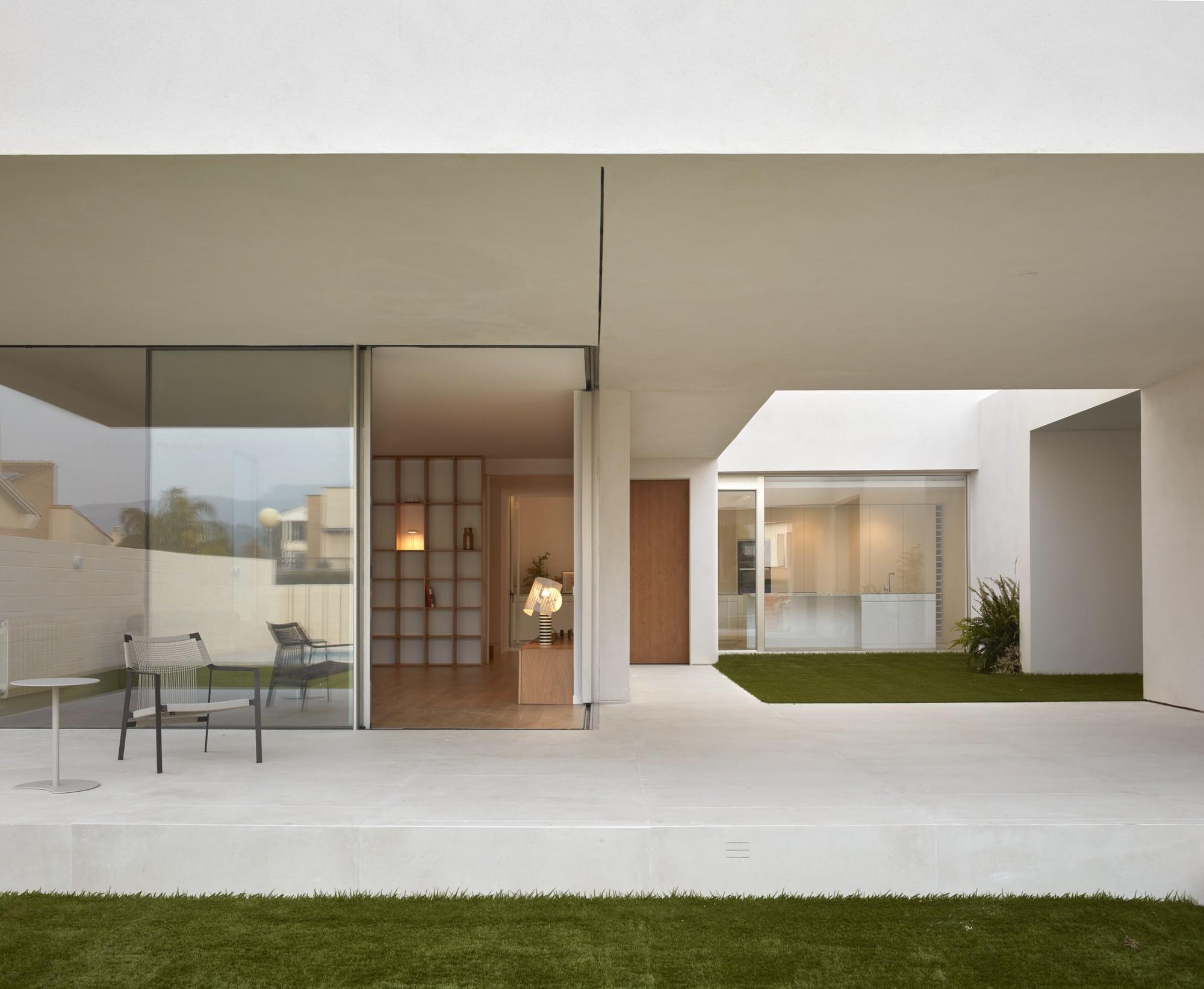 Семейная резиденция, переосмысливающая концепцию внутреннего двора сельских домов Средиземноморья