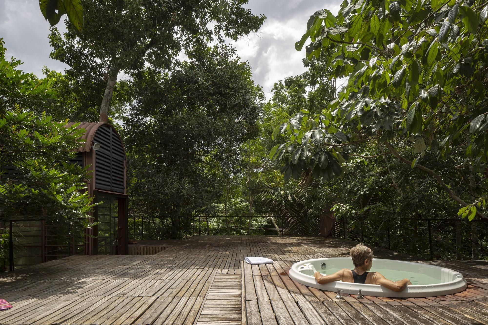 Дом в тропических лесах с панорамной полувинтовой лестницей