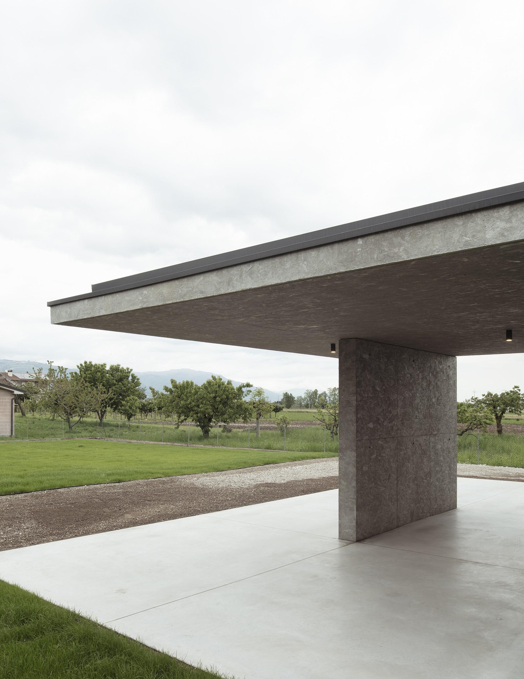 Современный сельский дом с консольными бетонными плитами по периметру