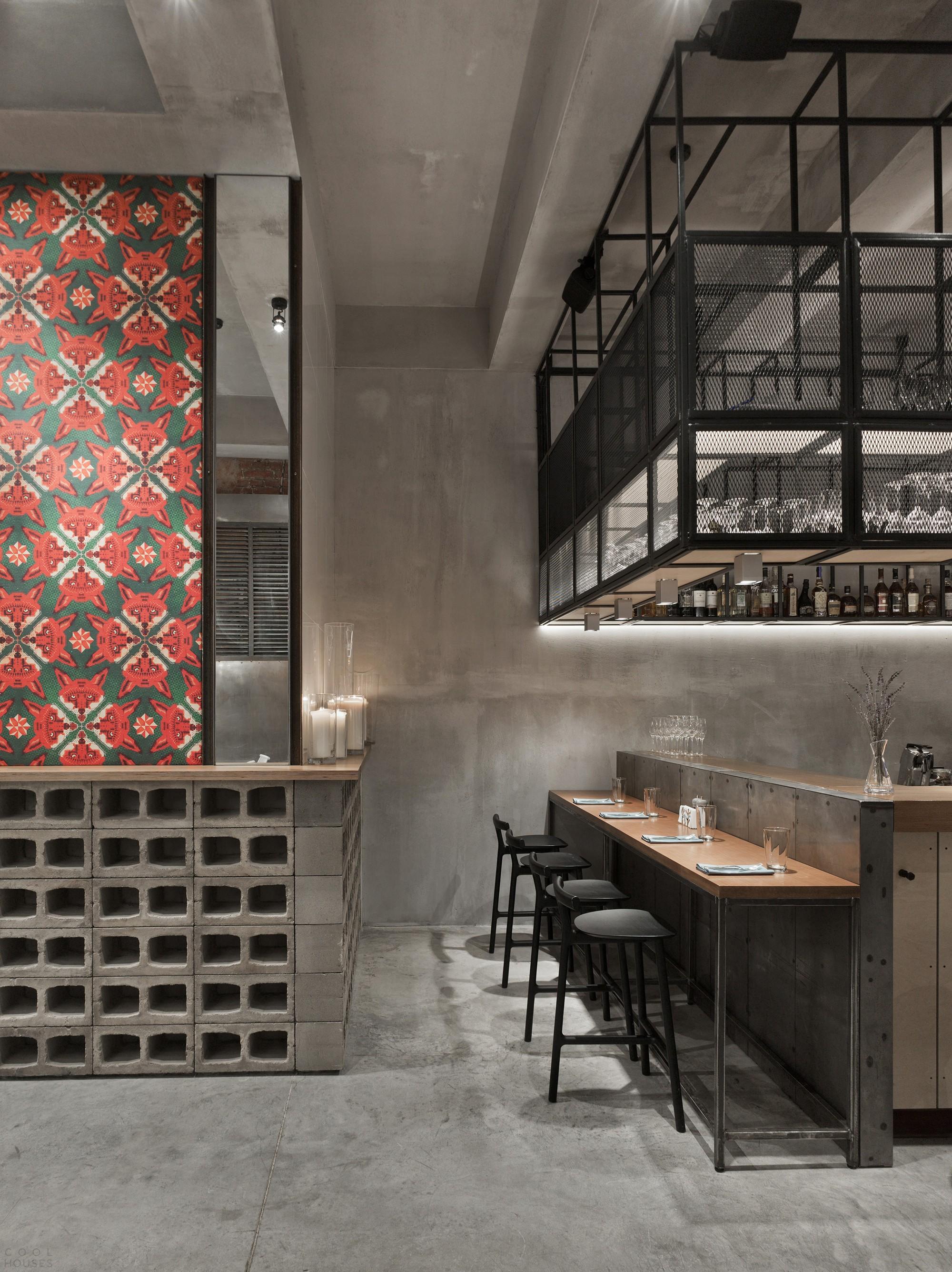 Бар-ресторан Holy Fox с аскетично-интеллигентным интерьером в центре Москвы