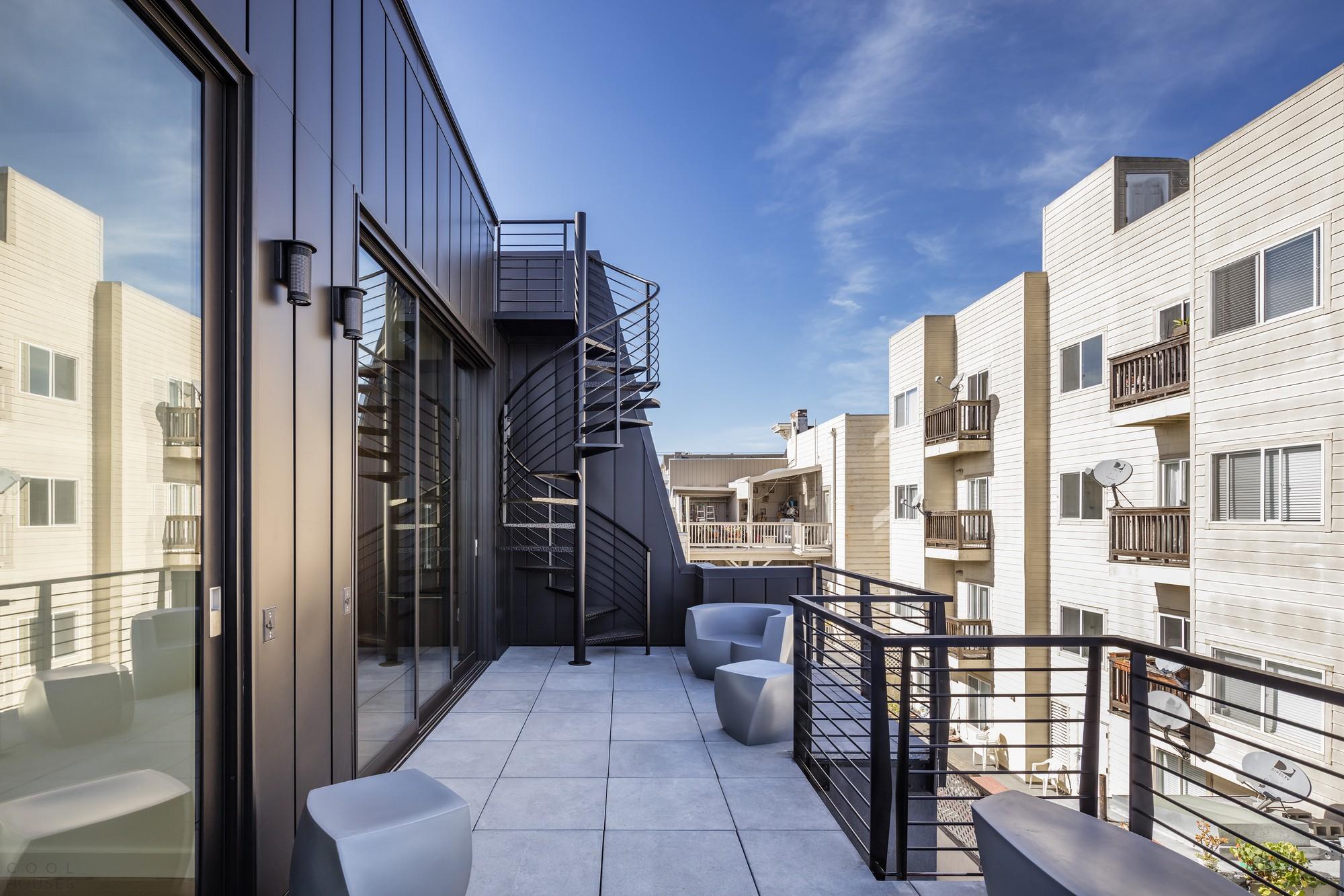 Дуплекс с ярким черным фасадом в Сан-Франциско
