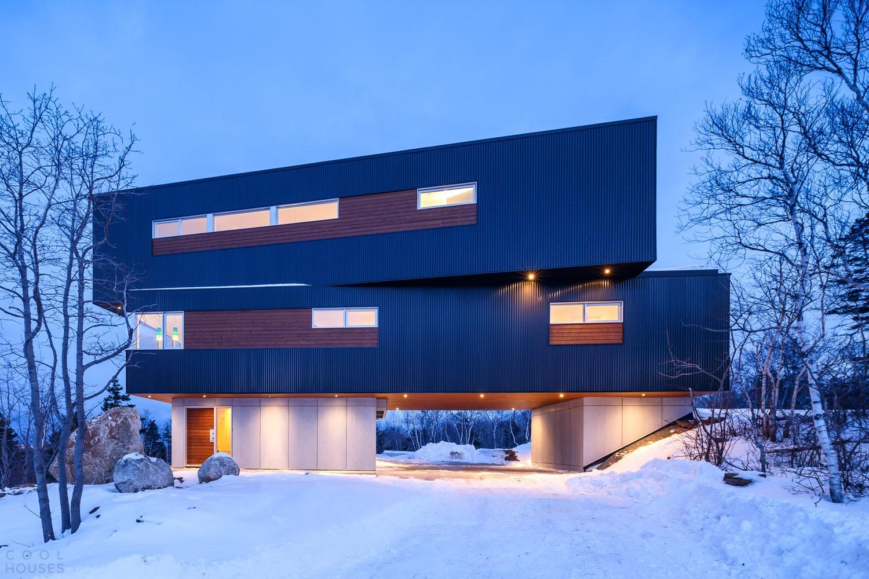 Красивый трехэтажный дом с уютным интерьером