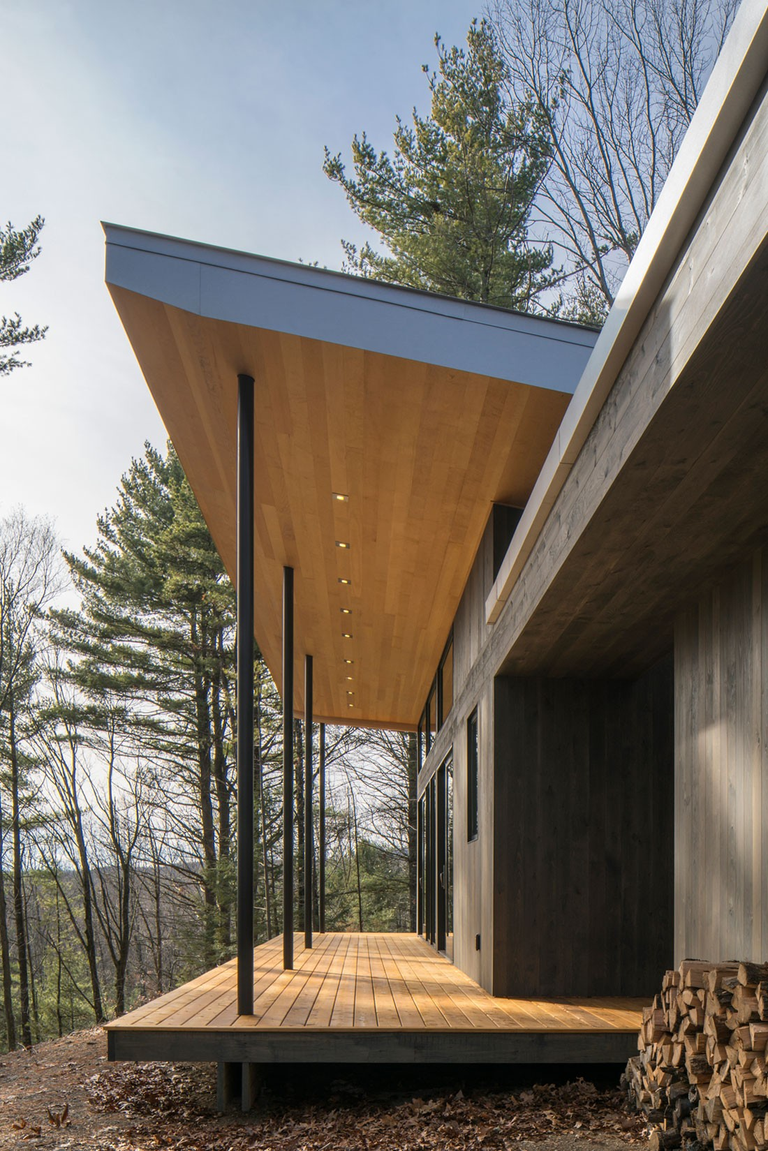 Одноэтажный дом на холме
