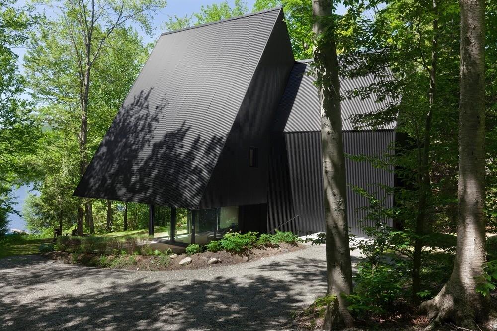 Сказочный треугольный домик в лесу, Канада