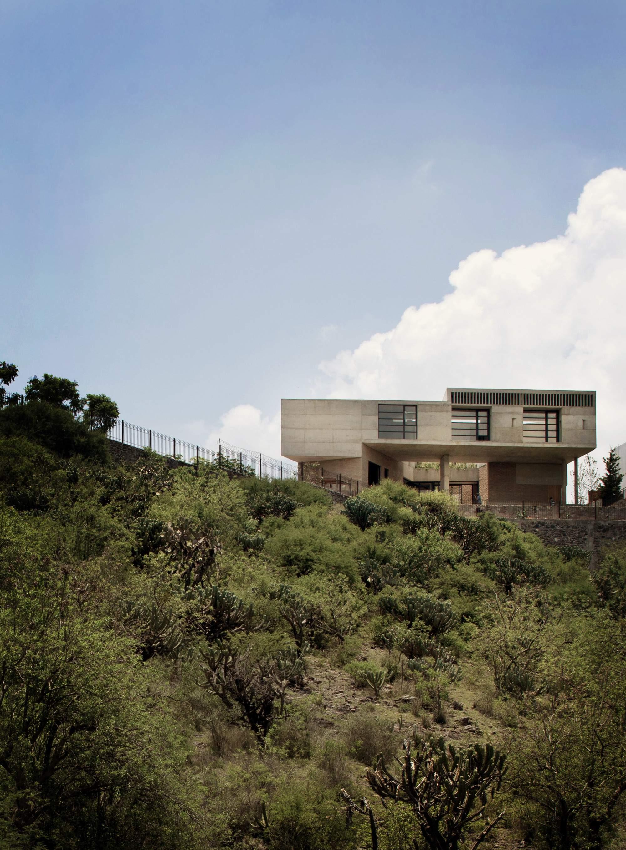 Большой семейный дом на краю оврага в Мексике