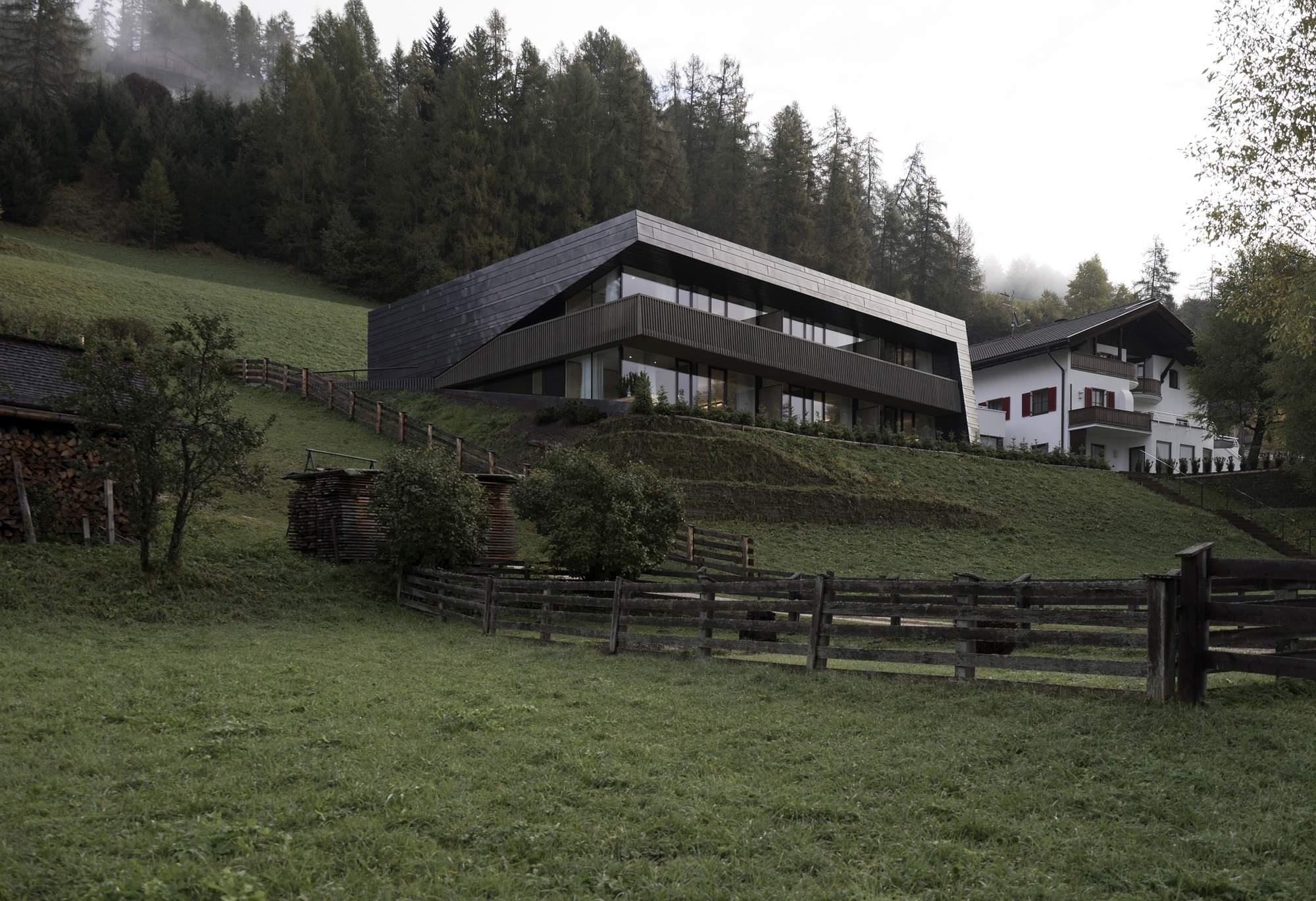 Отель Drei Birken на склоне холма в Доломитах, Италия