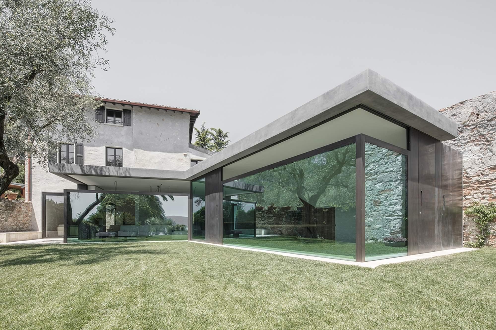 Старый дом с современной пристройкой на берегу озера в Италии