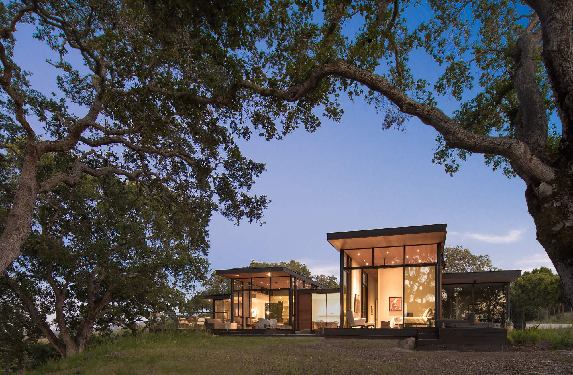 Дом среди дубового ландшафта, США